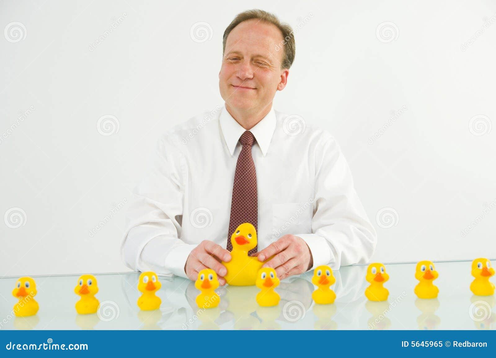 Mann mit Enten in einer Reihe