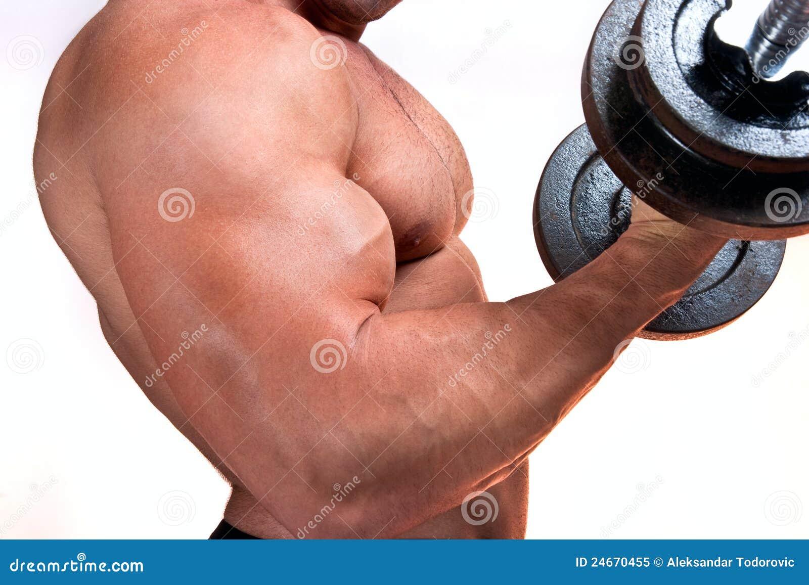 Mann mit Gewichten eines Stabes bei der Handausbildung