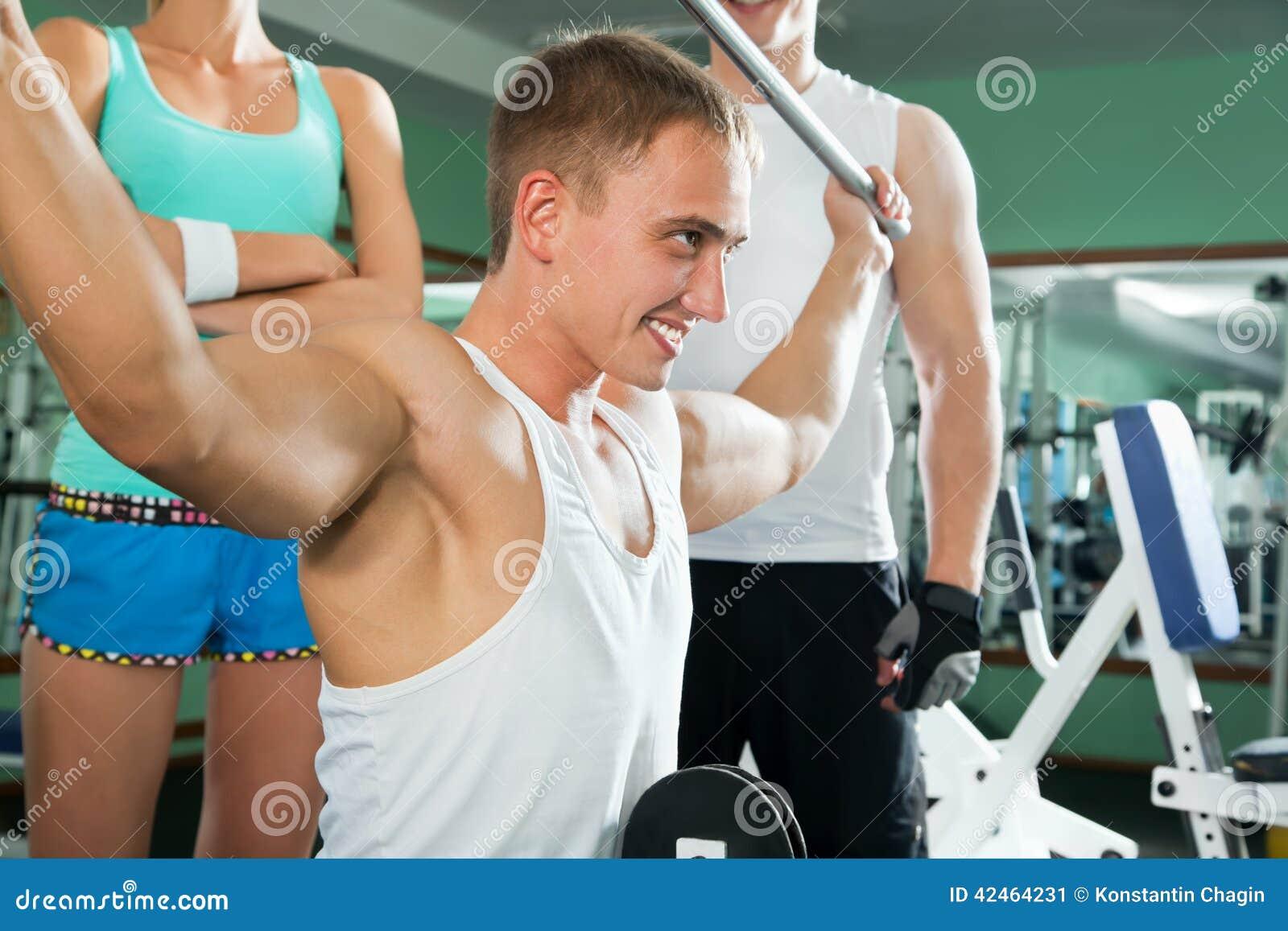 Mann mit GewichtsAusbildungsanlageen