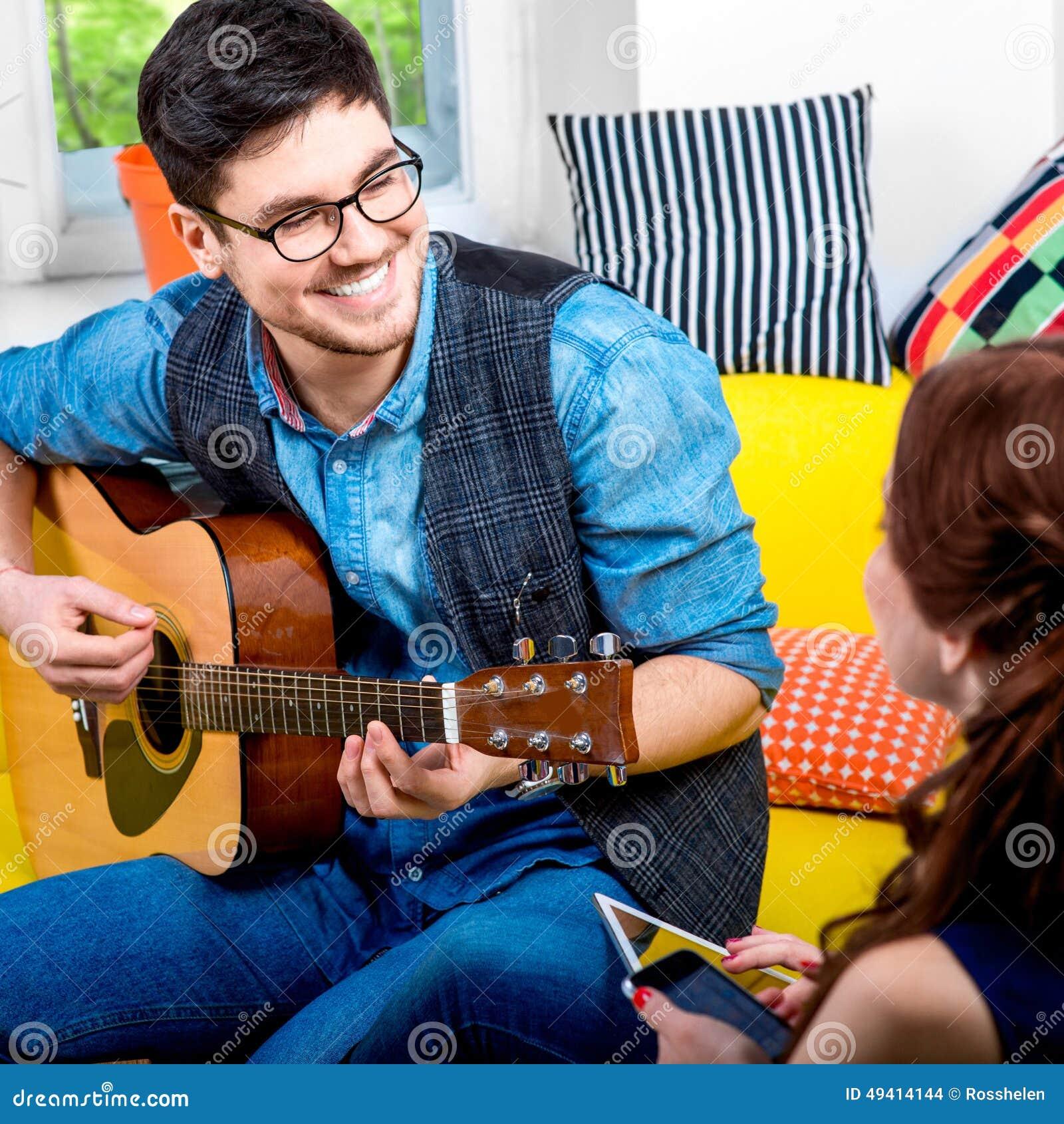 Download Mann mit Gitarre stockfoto. Bild von inländisch, freizeit - 49414144