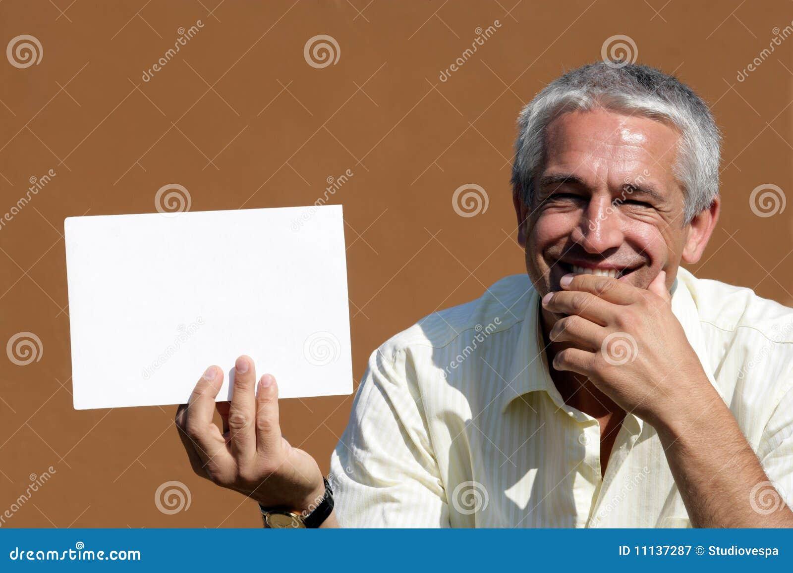 Mann mit großer unbelegter Karte