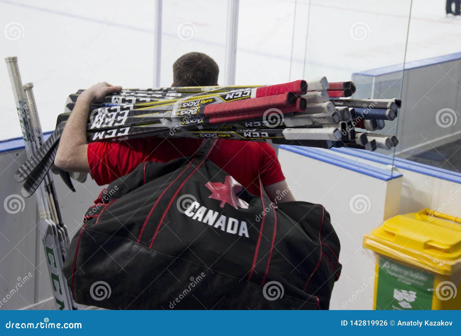 Mann mit Hockeyschlägern