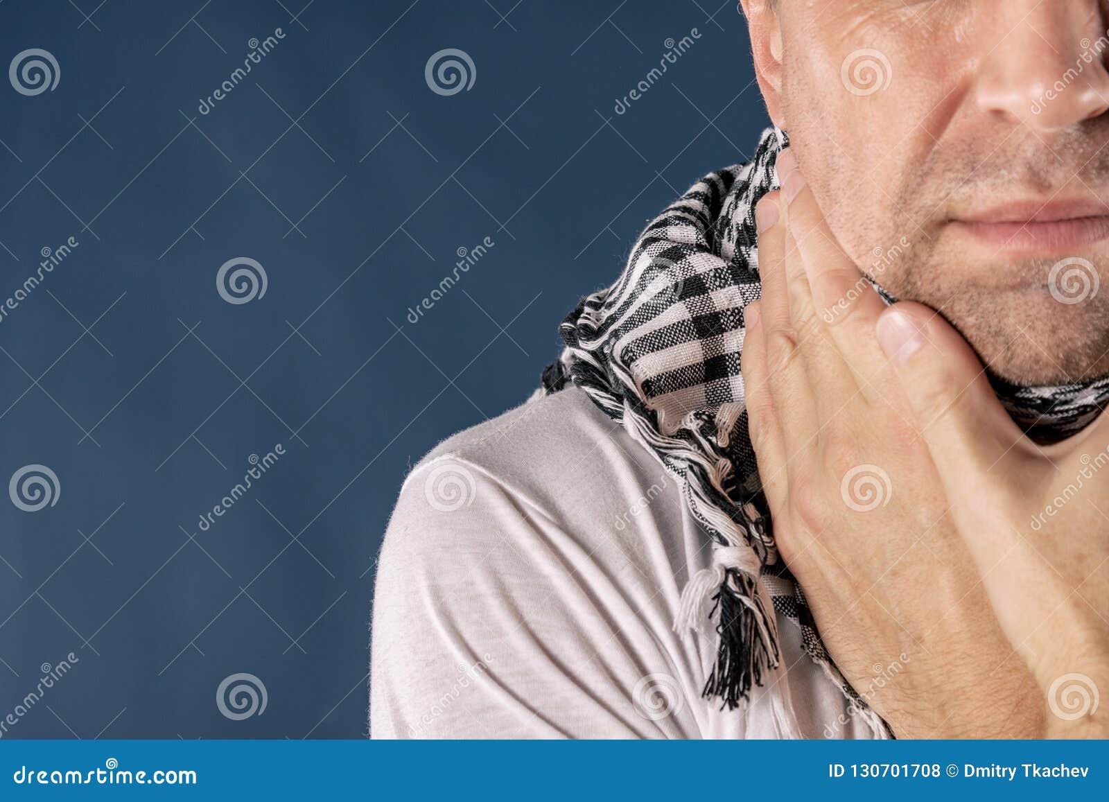 Mann mit Kälte- und Grippekrankheitsleiden von den Halsschmerzen Hintergrund für eine Einladungskarte oder einen Glückwunsch
