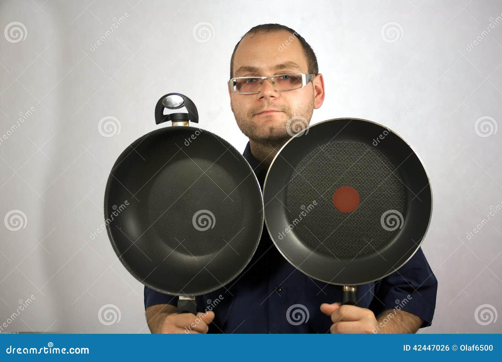Mann mit Küchenzubehör