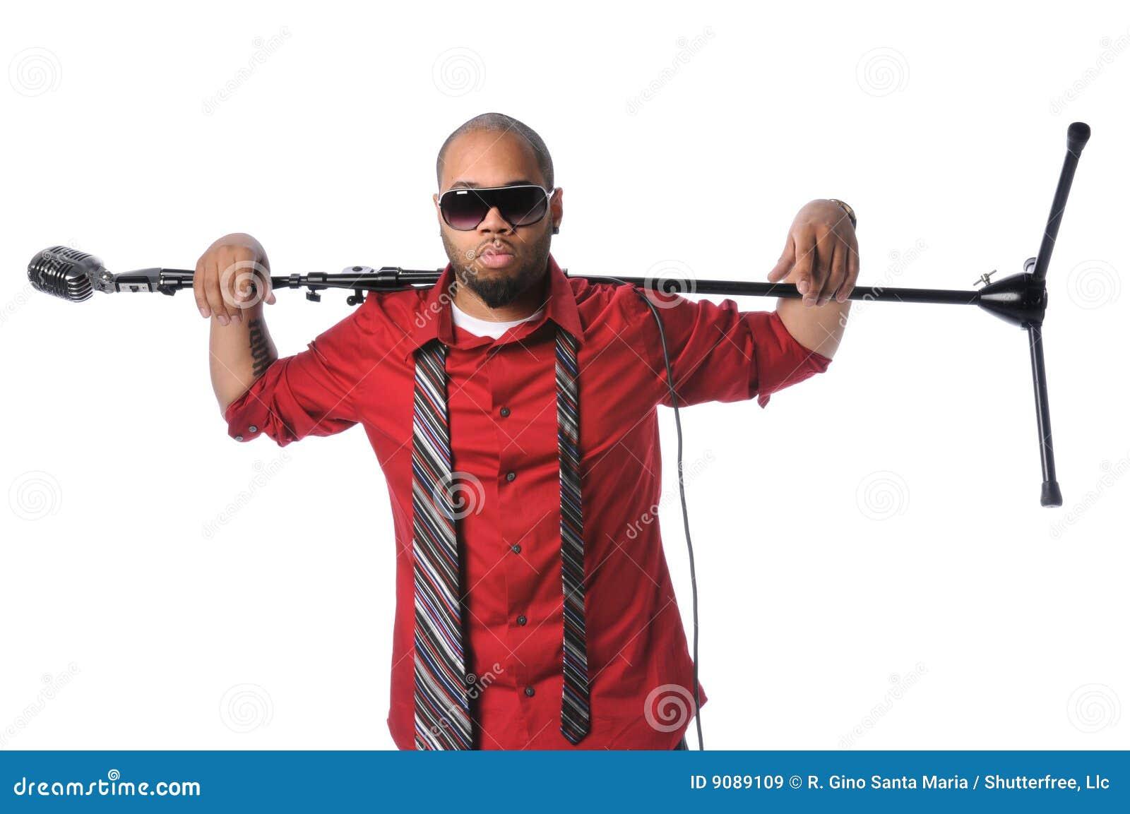 Mann mit Mikrofon-Standplatz auf Schulter