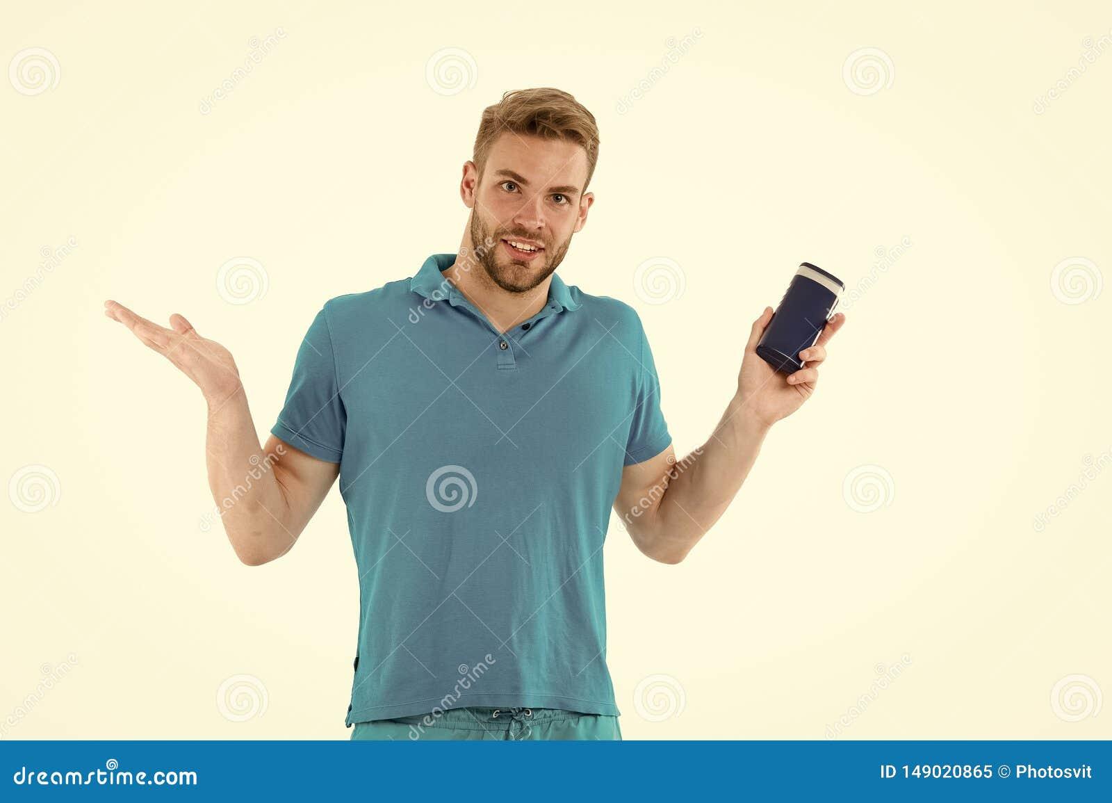 Mann mit Rohr des Haarshampoos B?rtiger Mann mit Haarpflegenprodukt Hygienische Sorgfalt Haarpflegelinie Regelm??iges Pflegen