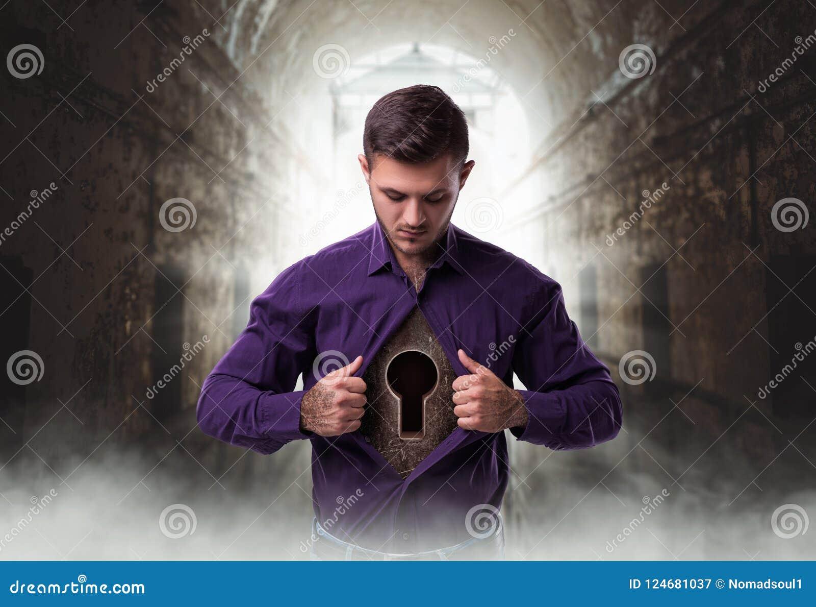 Mann mit Schlüsselloch im Kasten, Verschluss vom Herzen