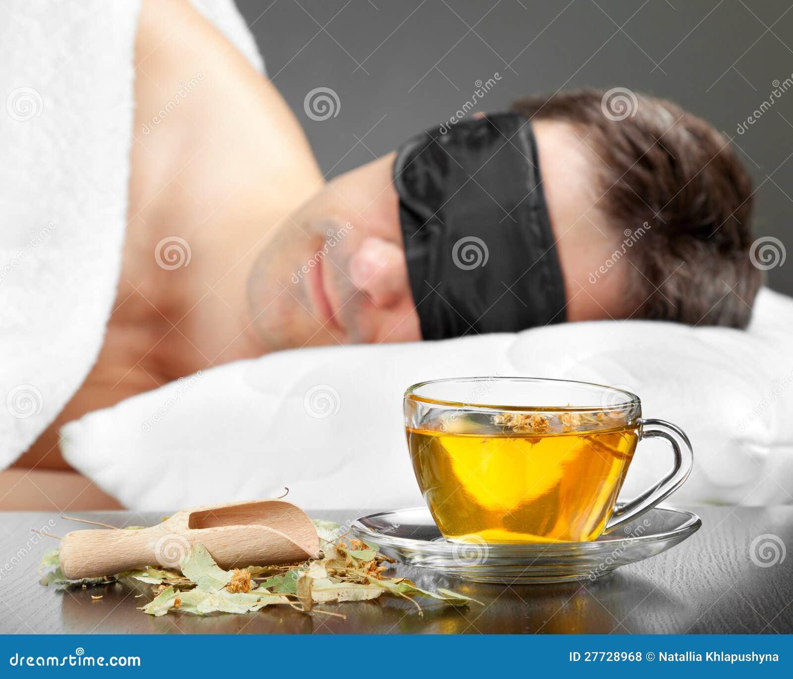 Mann mit Schlafenschablonenschlaf auf einem Bett