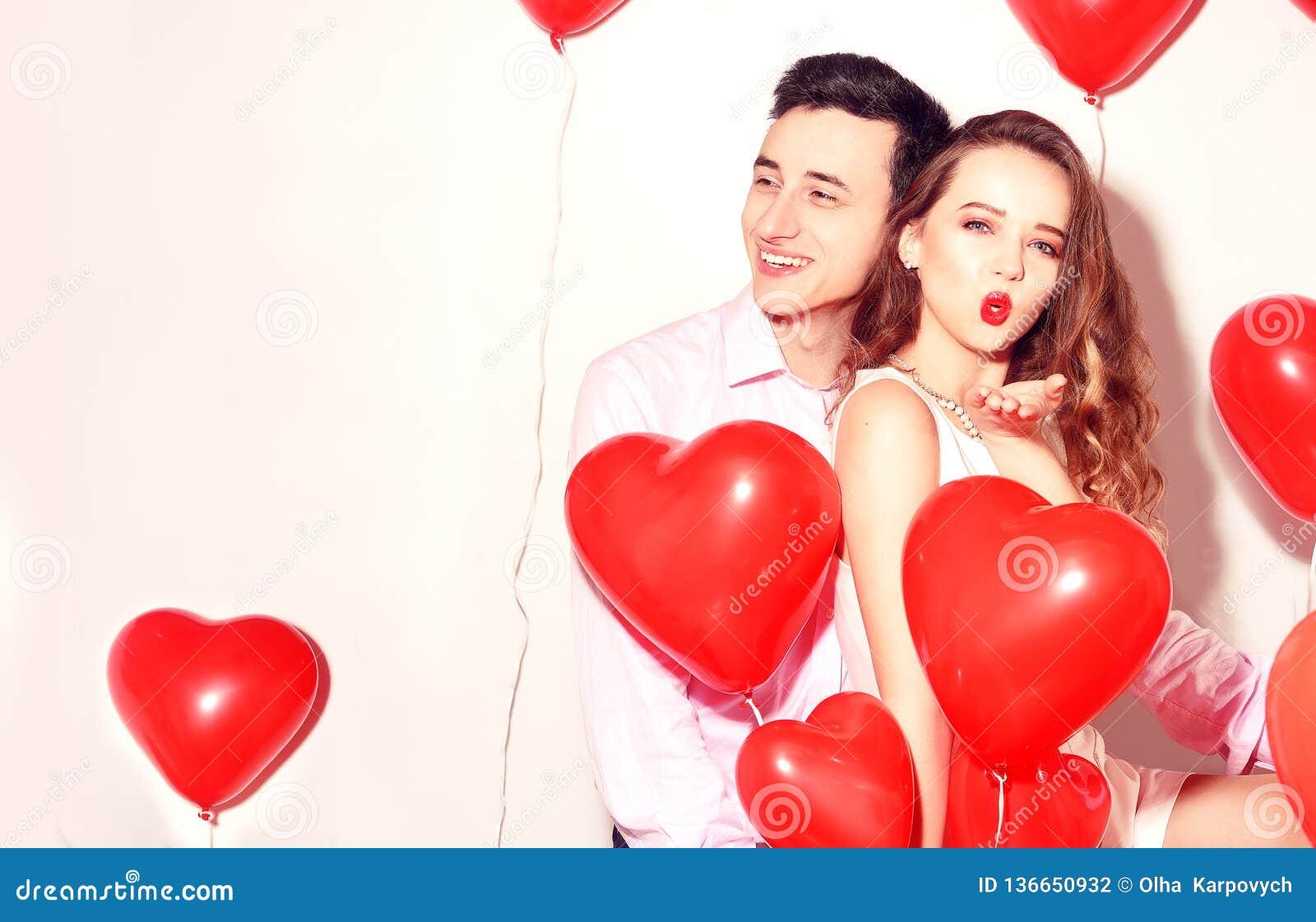 Mann mit seinem reizenden Schatzmädchen haben Spaß am Valentinstag des Liebhabers Valentine Couple Paare glücklich Mädchen senden