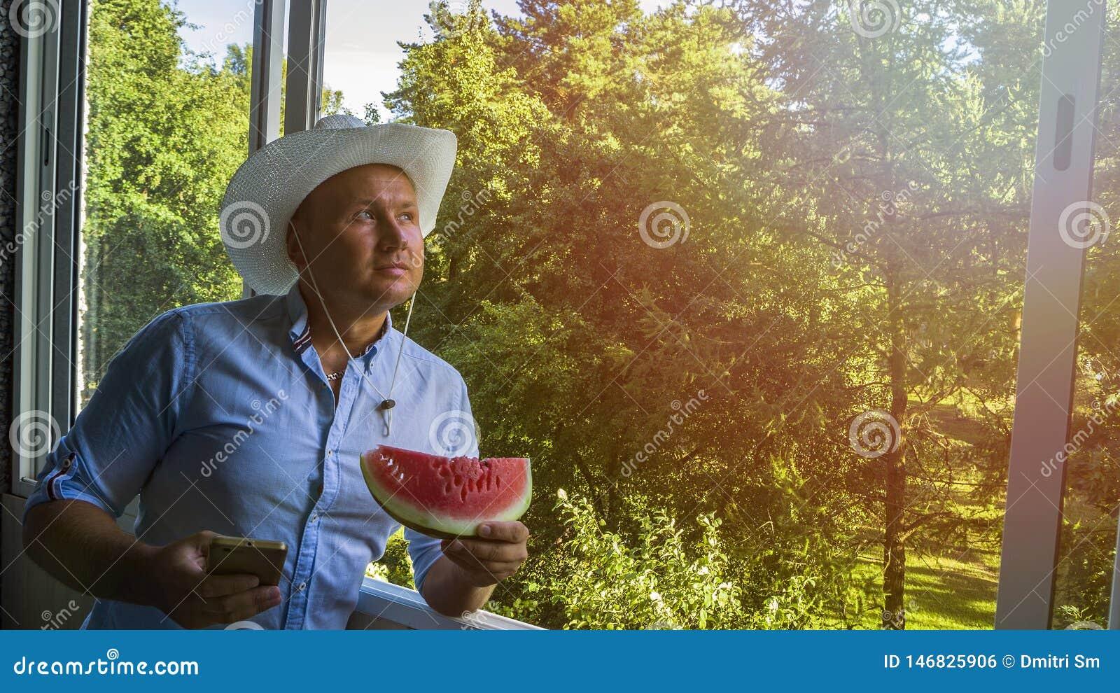 Mann mit smarphone und Cowboyhut