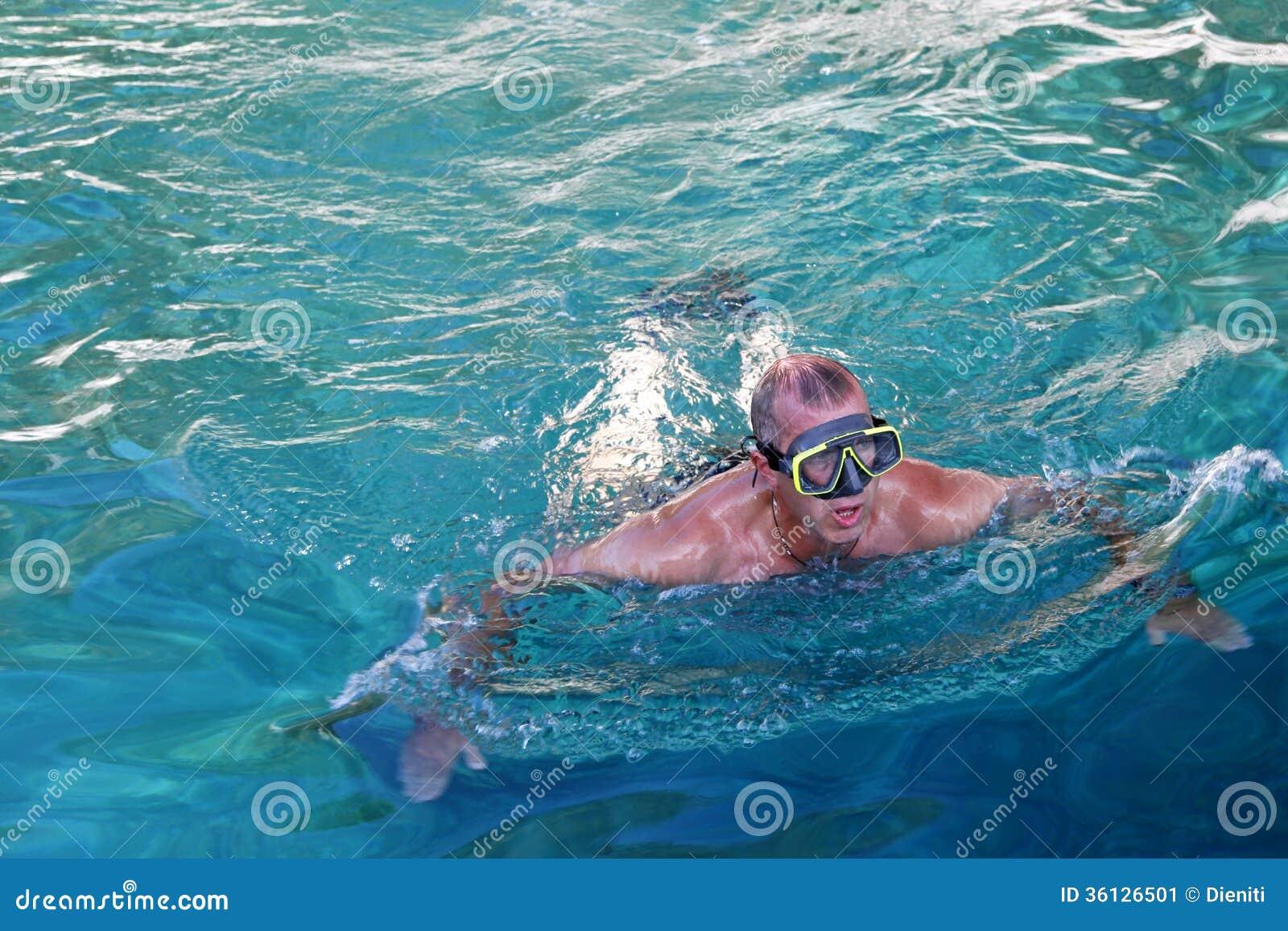 Mann mit Taucherbrillen im adriatischen Meer