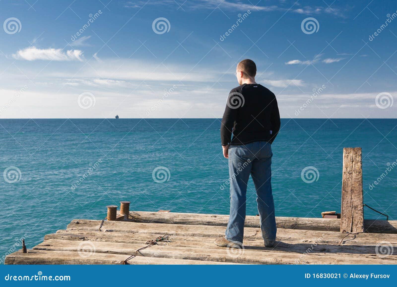 Mann am Pier