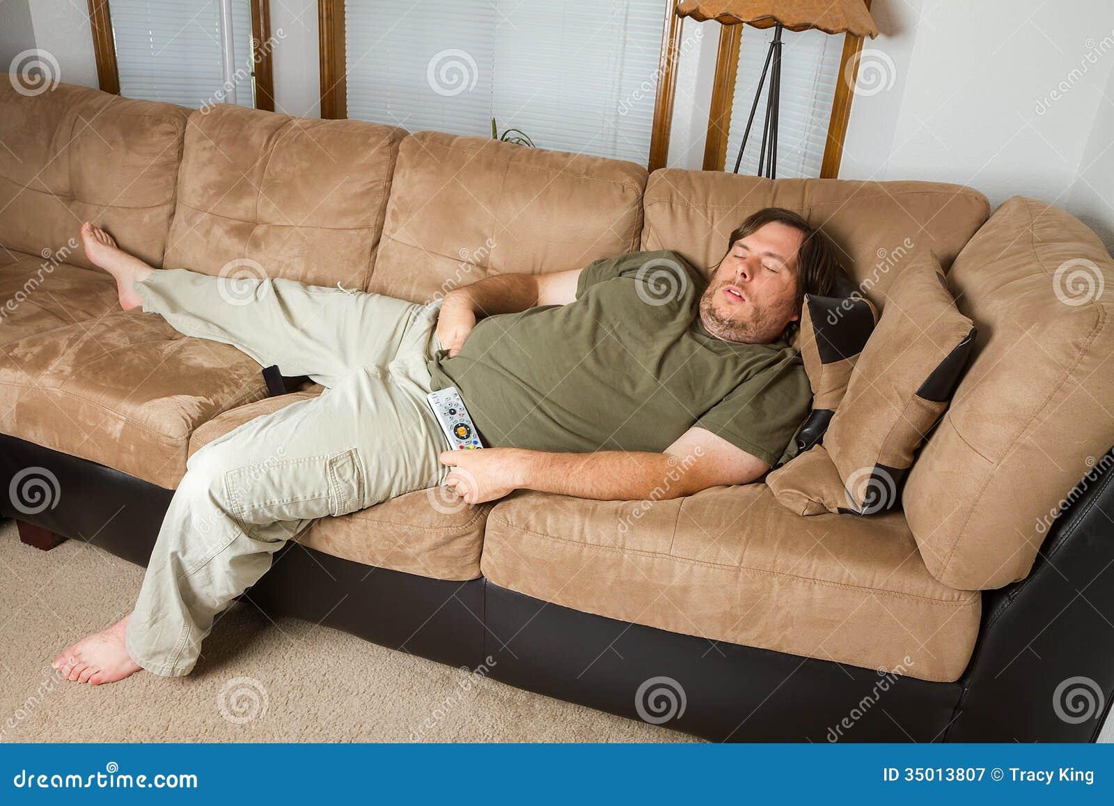Mann schlafend auf der Couch