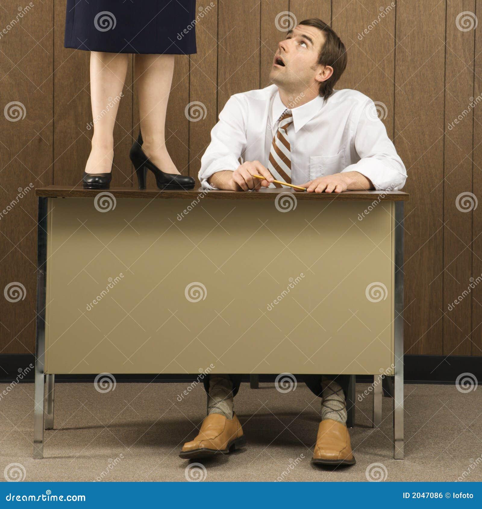 Mann am schreibtisch der oben schaut stockfoto bild von for Schreibtisch von oben