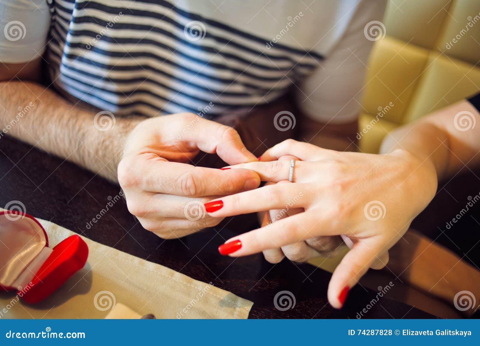 Mann Setzt Frau Ein Verlobungsring In Cafe Ein Stockfoto Bild Von