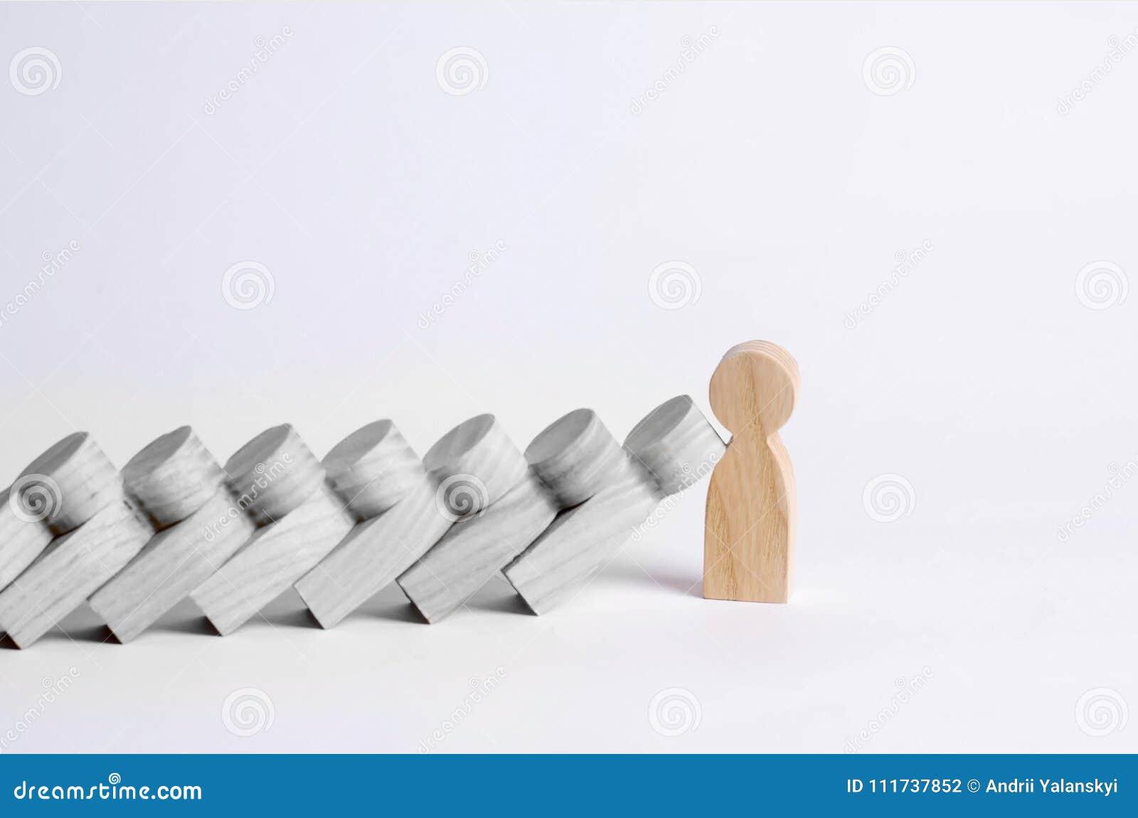 Mann stoppt fallende Dominos Dominos von Leuten fallen auf eine starke Person Das Konzept einer mutigen, starken und entscheidend