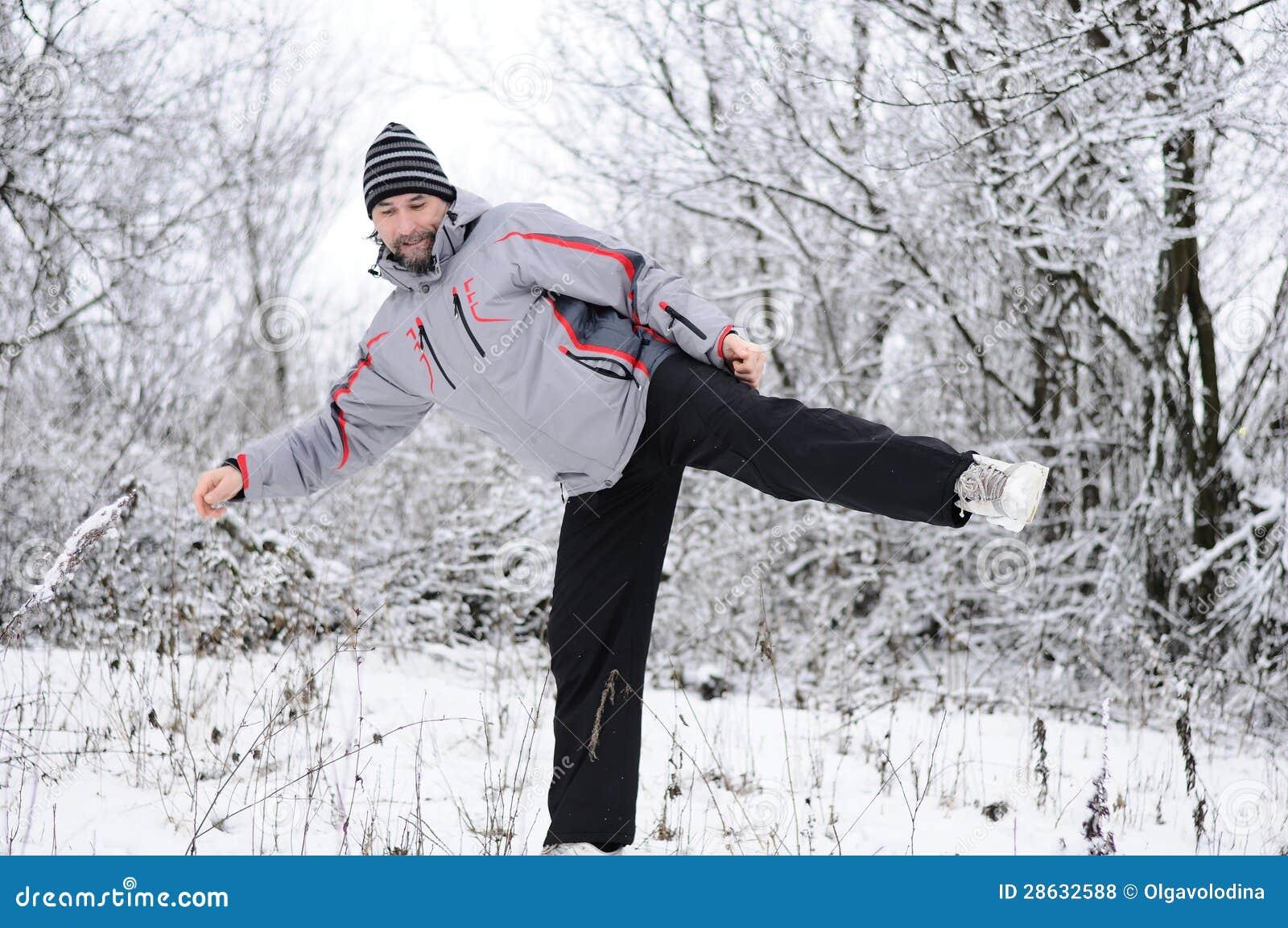 Mann Strebt Sport Im Winter Draußen An Lizenzfreie Stockfotos  Bild