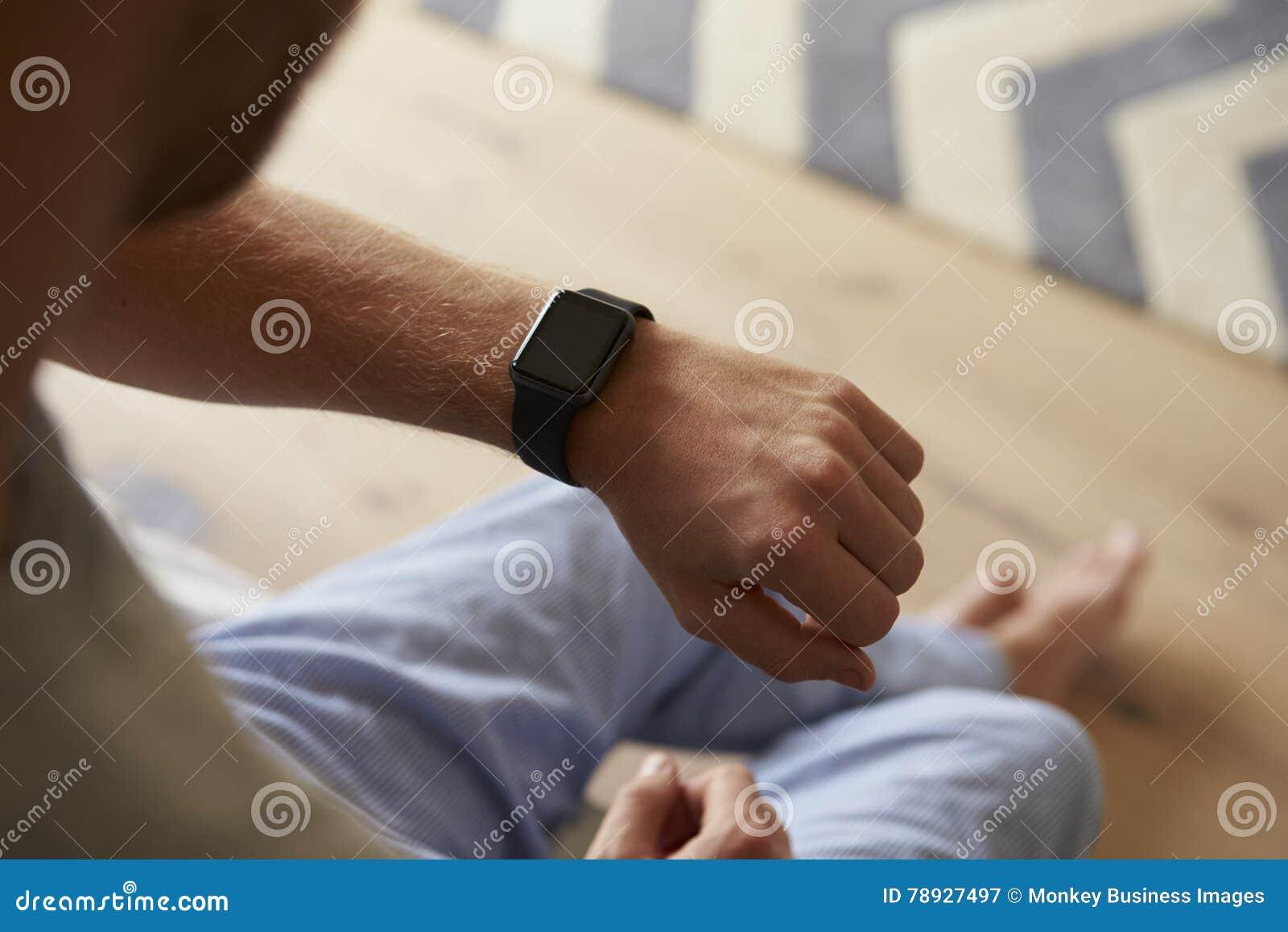 Mann Tragende Pyjamas Die Intelligente Uhr Im Schlafzimmer