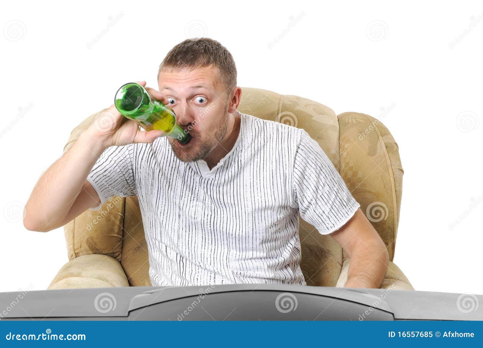 Der Mann trinkt jeden Tag abends
