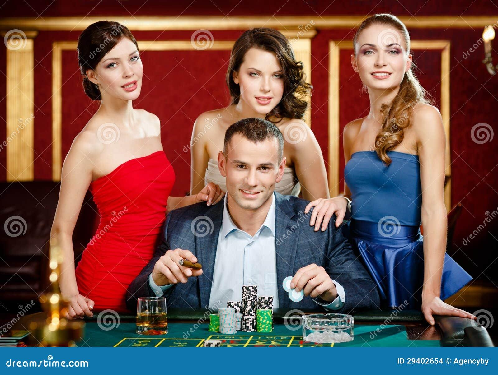 Mann umgeben durch Damenspiel-Roulette