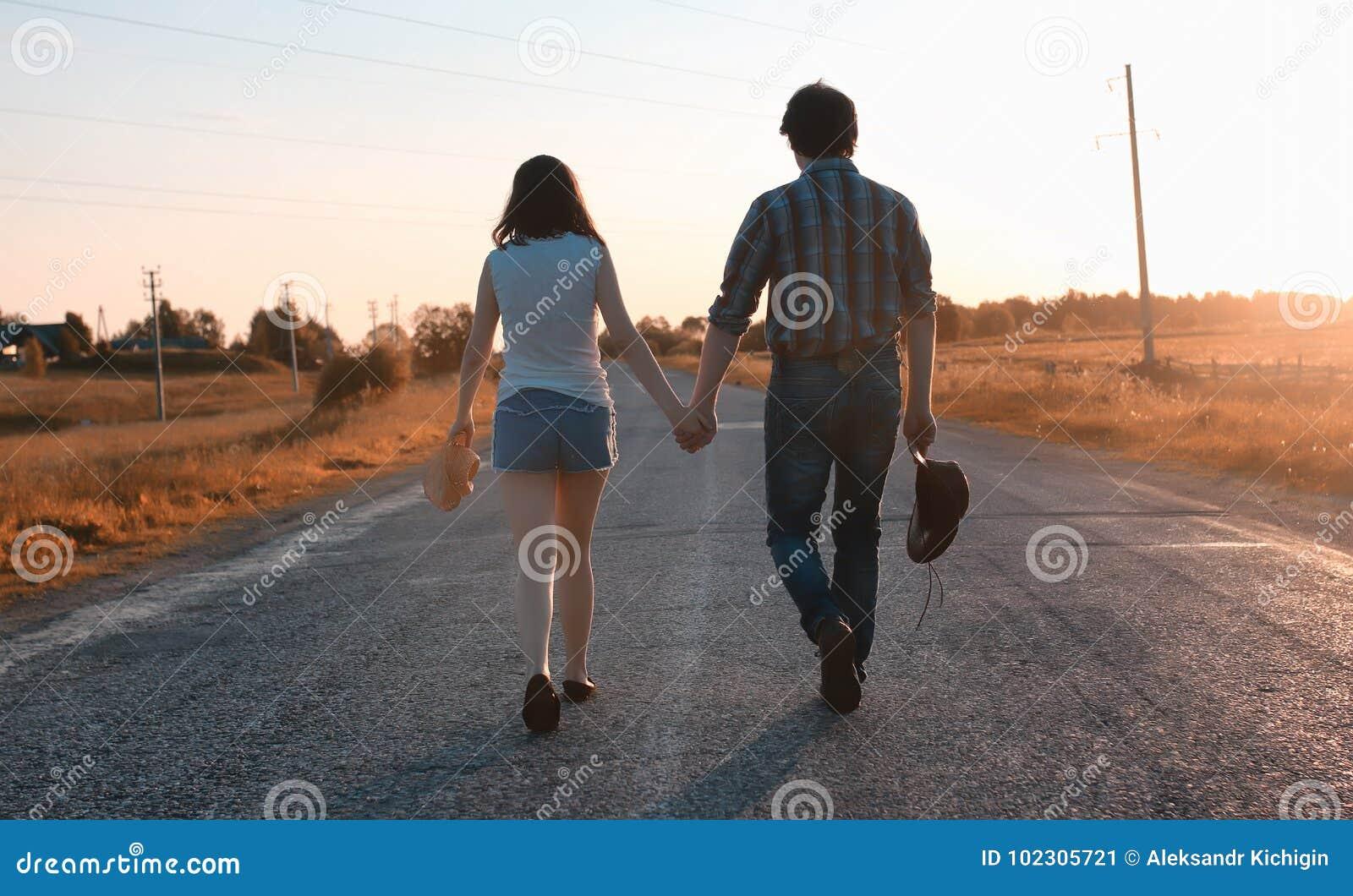 Mann und ein Mädchen gehen in den Herbst