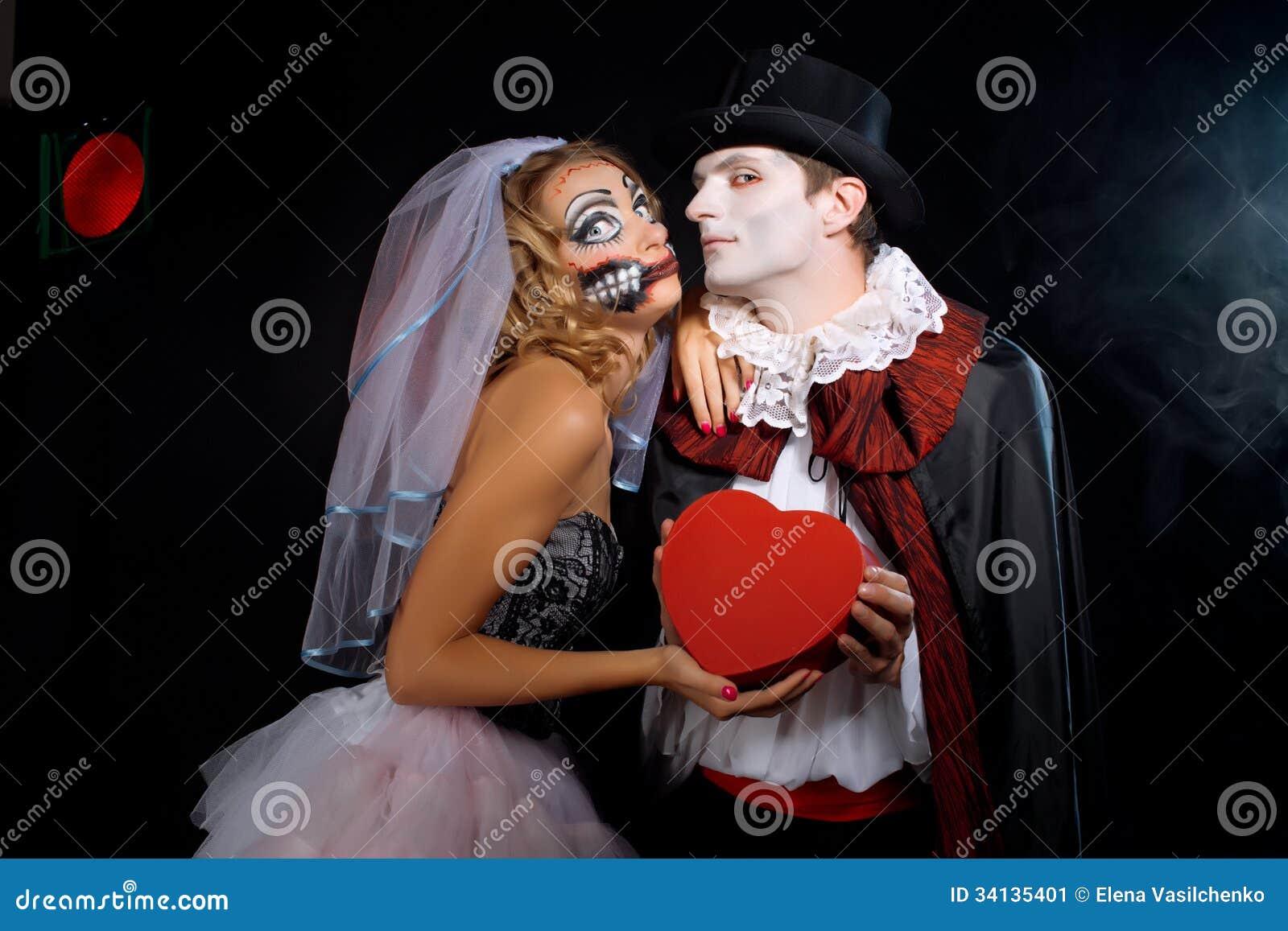 Mann und Frau, die als Vampir und Hexe tragen. Halloween