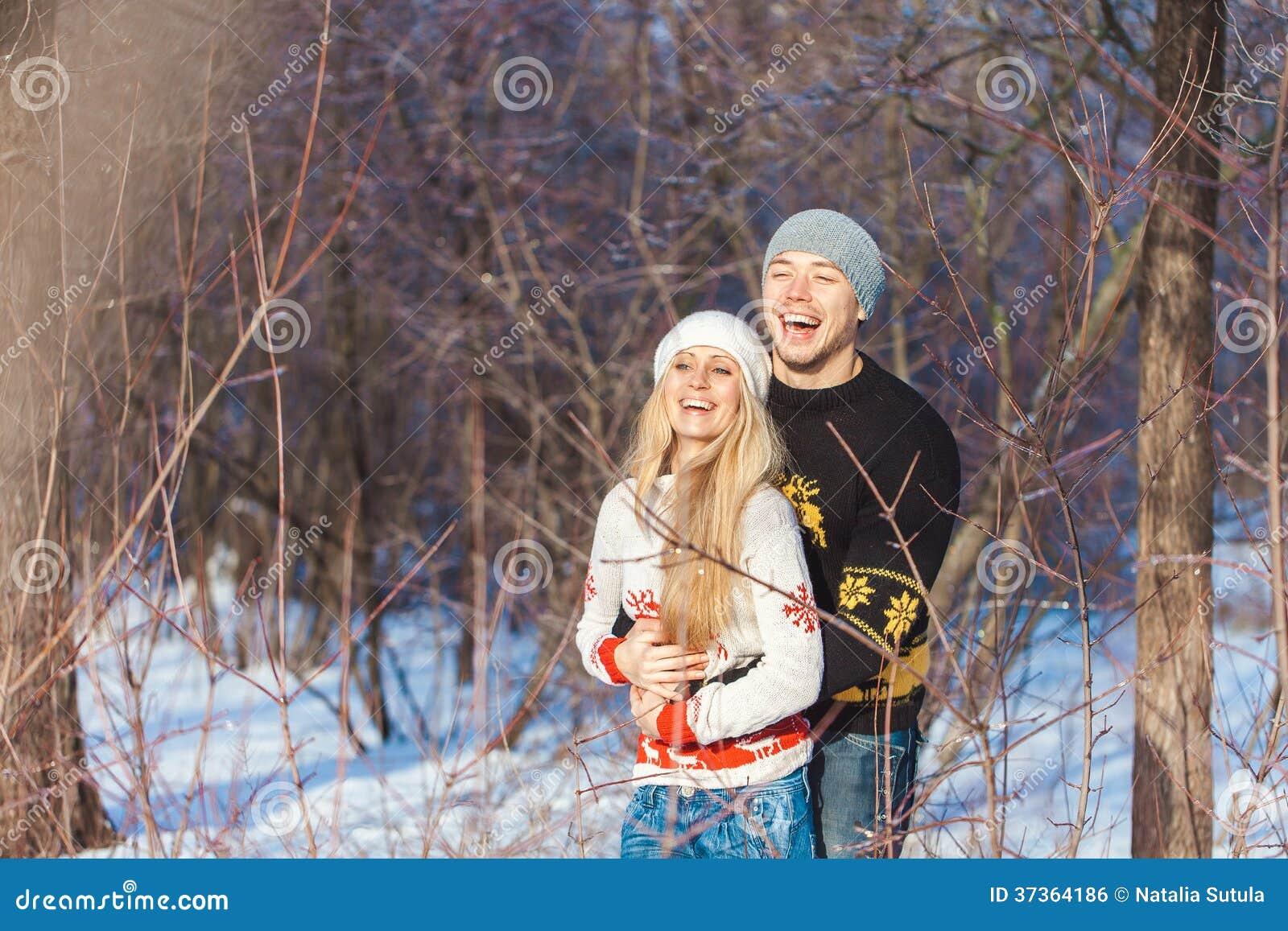 Mann und Frau, die in den Park gehen