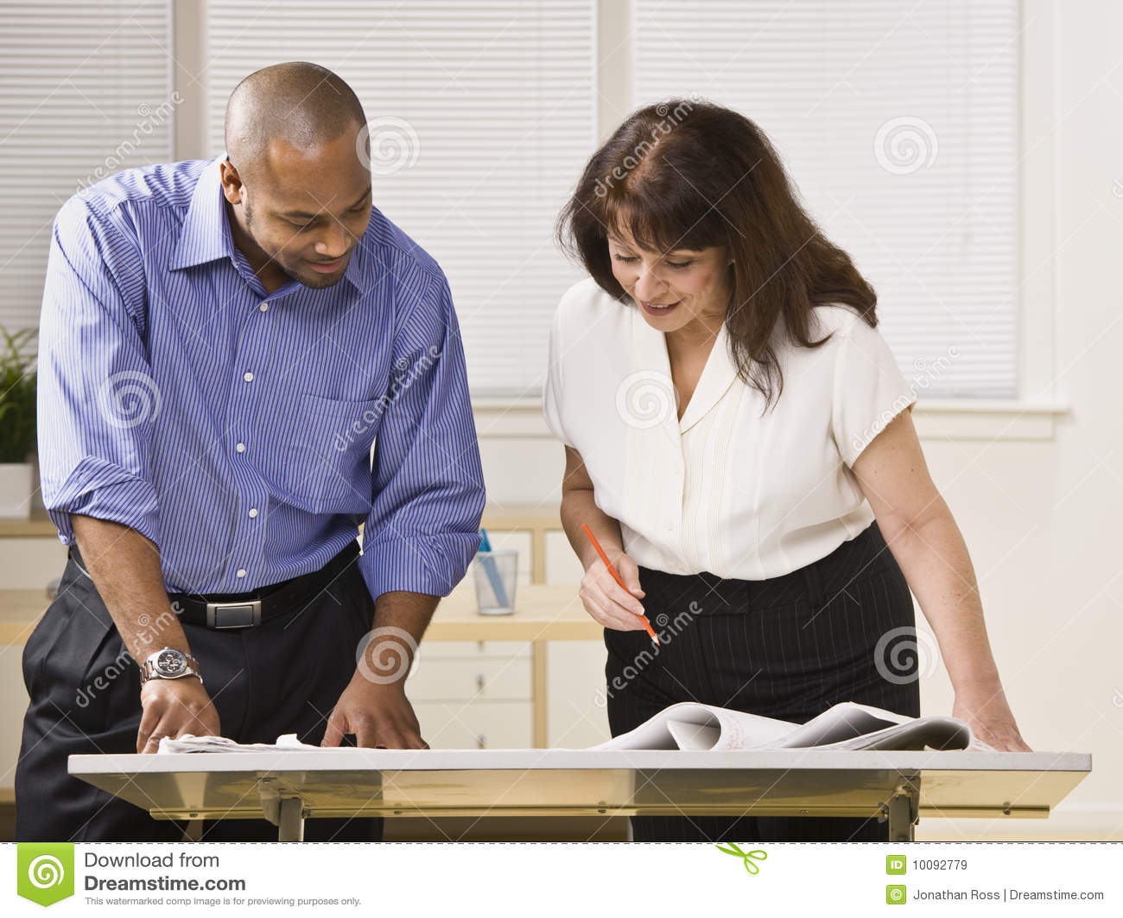 Ein geschäftsmann und eine frau arbeiten in einem büro zusammen sie