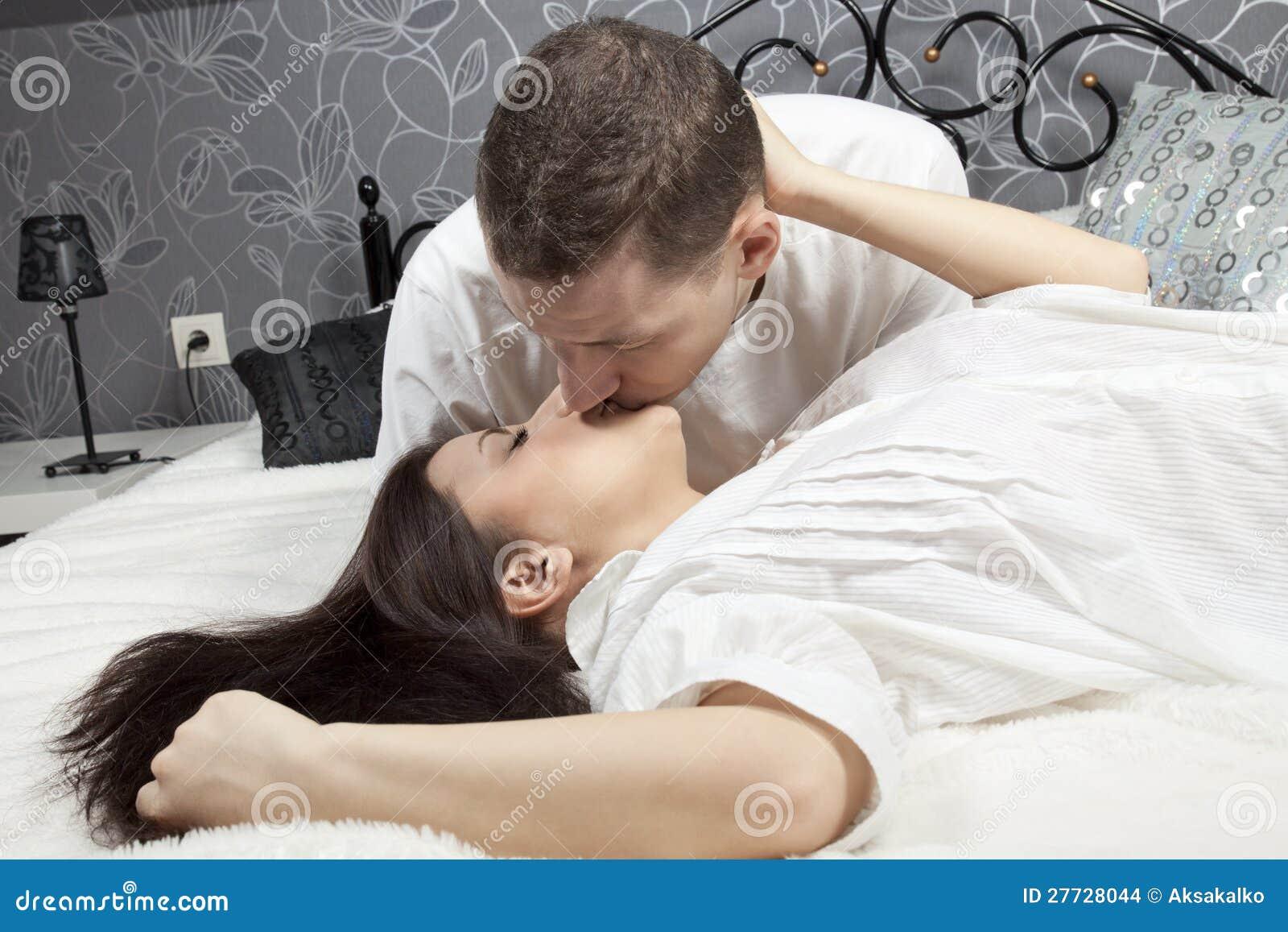 Mann und Frau, die im Bett küssen
