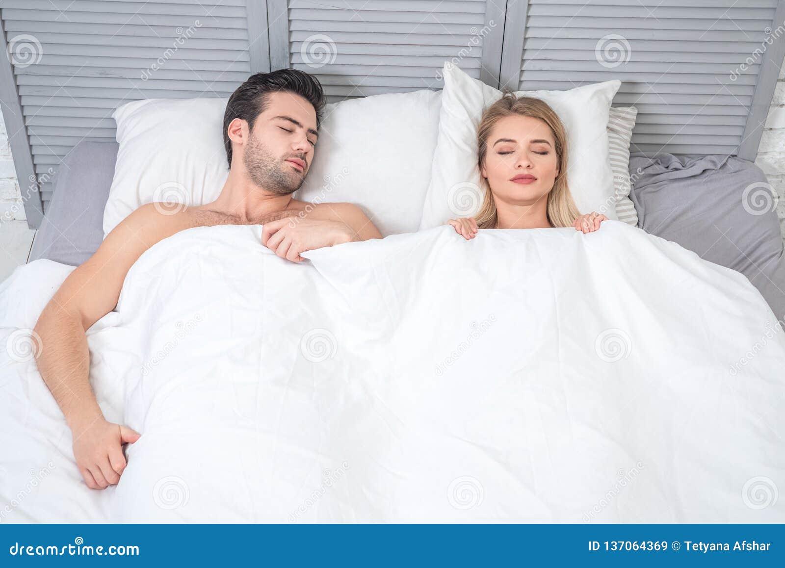 Mann Und Frau, Die Im Bett Schlafen Stockbild - Bild von