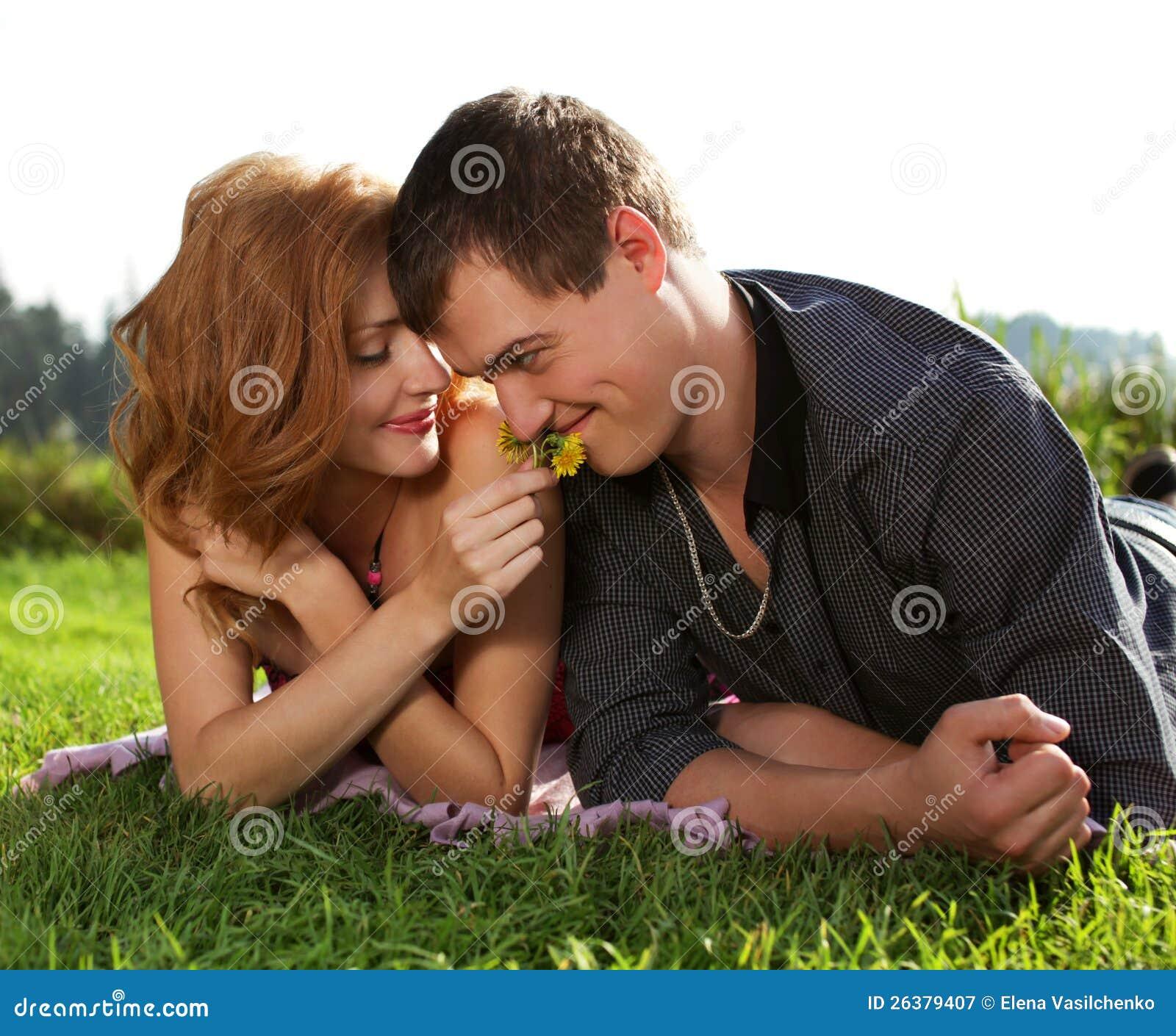 Mann und Frau, die im Gras liegen