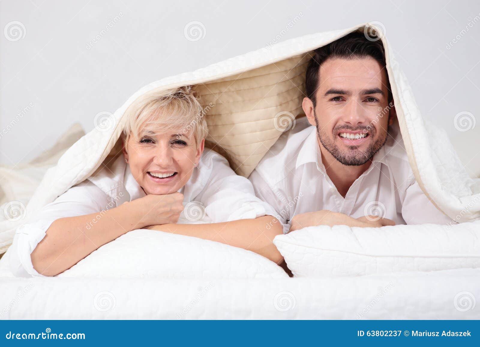 Mann und Frau im Bett stockbild. Bild von vielzahl, witze