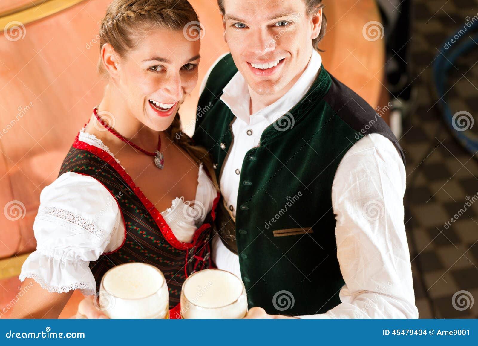 Mann und Frau mit Bierglas in der Brauerei