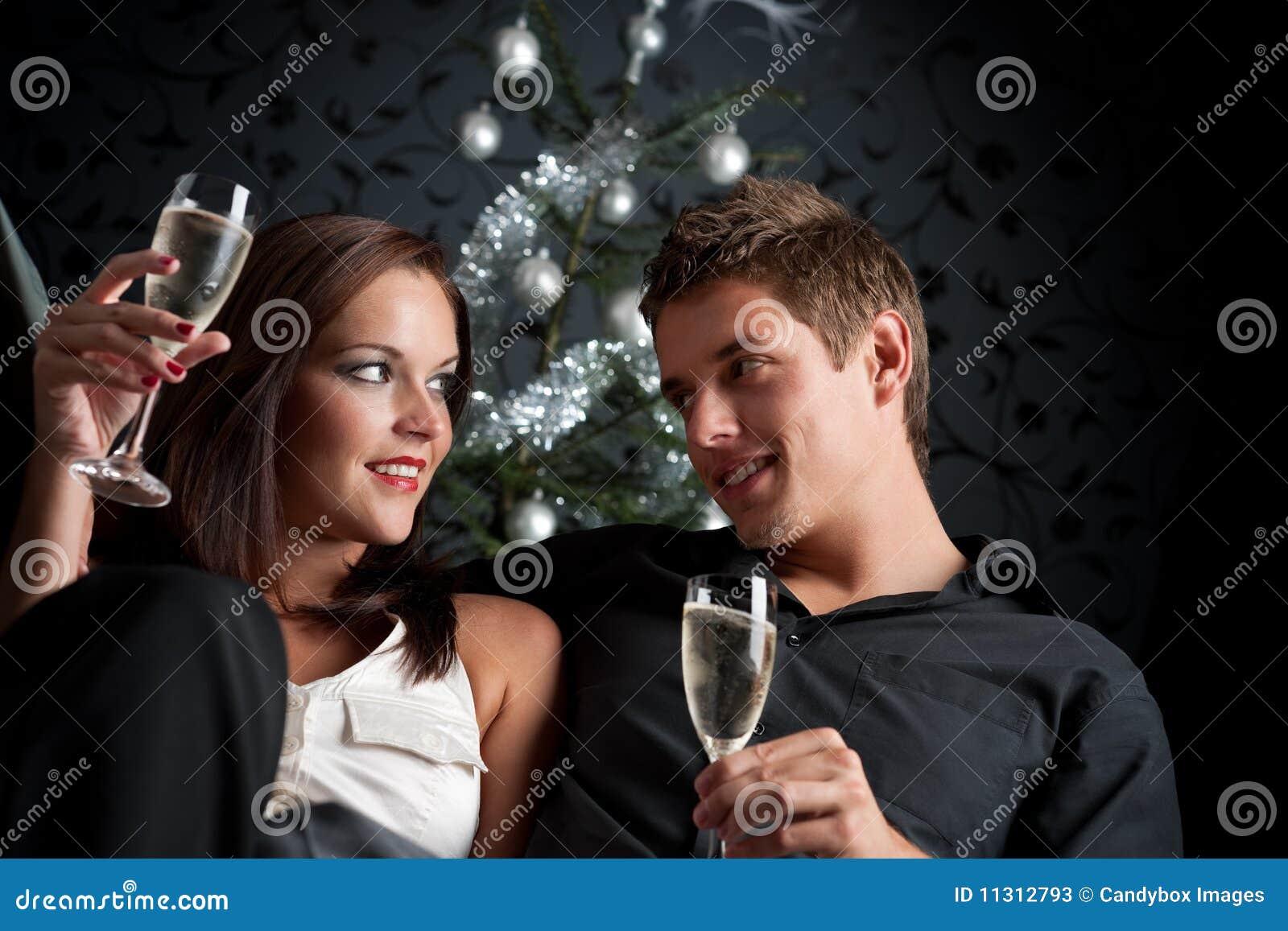 Mann und Frau mit Champagner auf Weihnachten