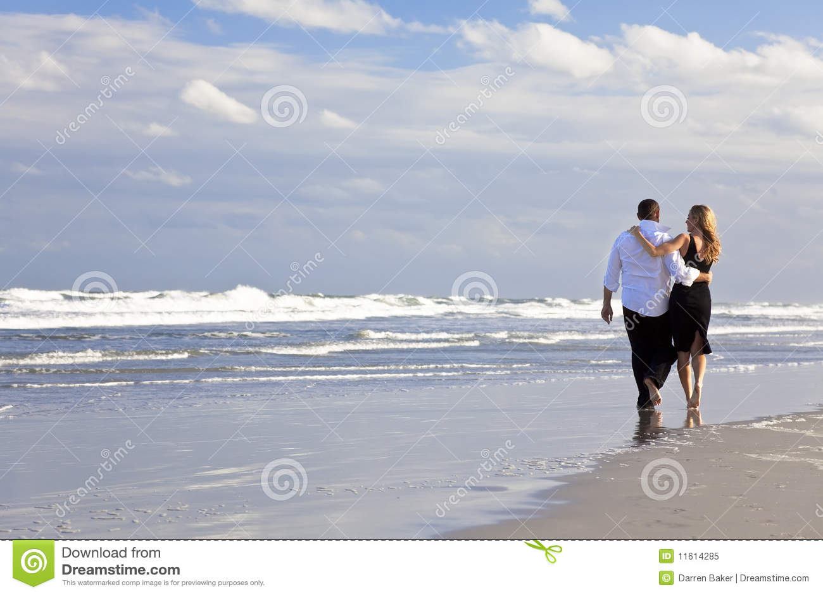 Mann-und Frauen-Paar-romantischer Weg auf einem Strand