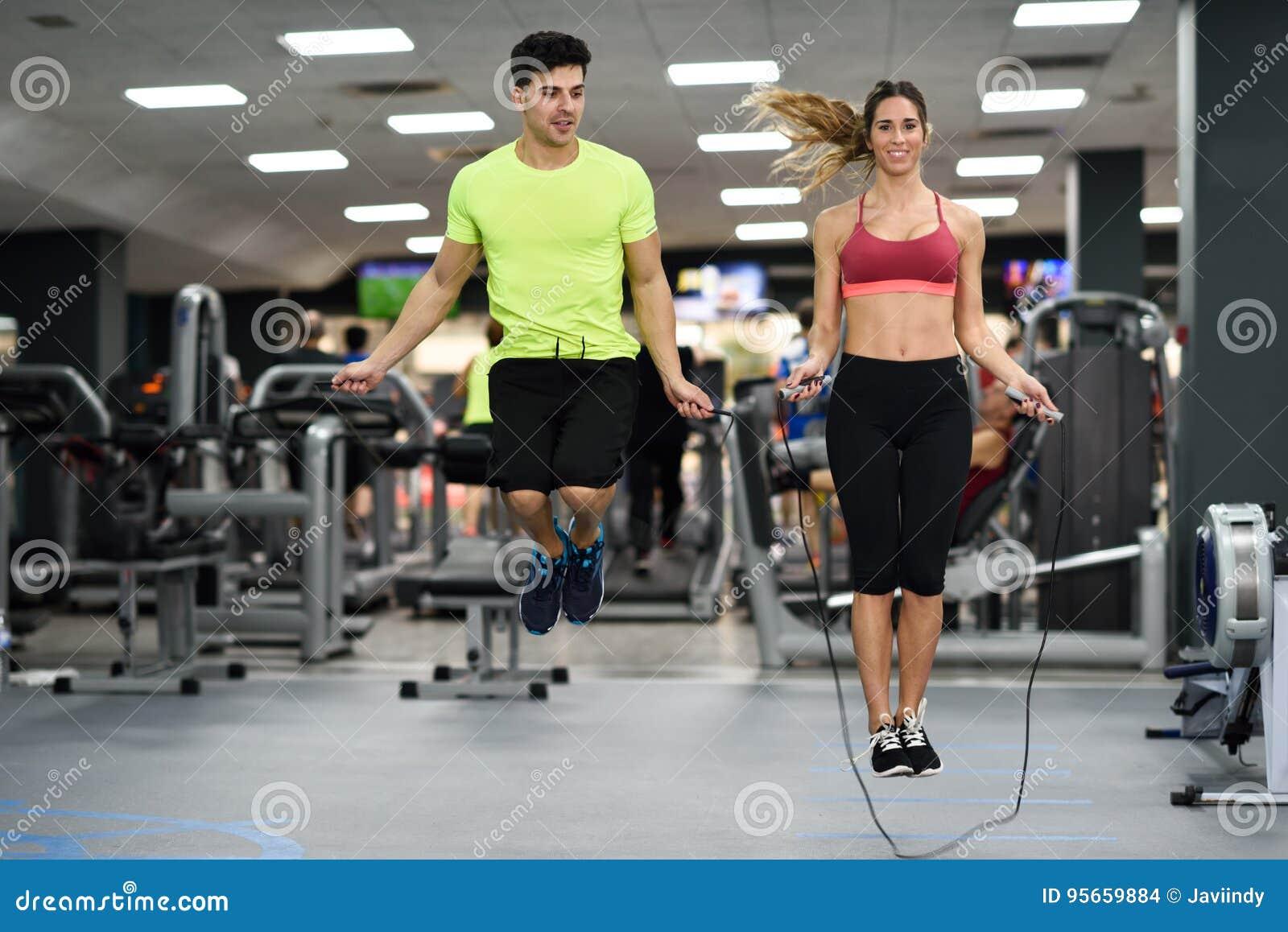 Mann- und Frauentraining mit dem Springen fangen crossfit Turnhalle ein