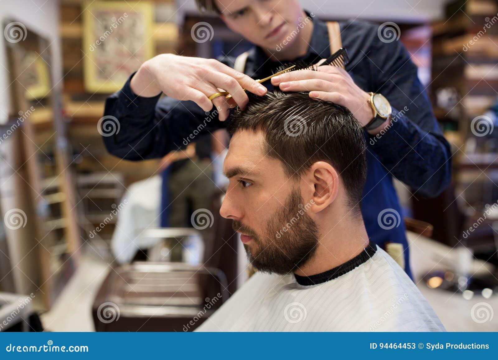 Mann Und Friseurausschnitthaar Am Friseursalon Stockbild Bild Von