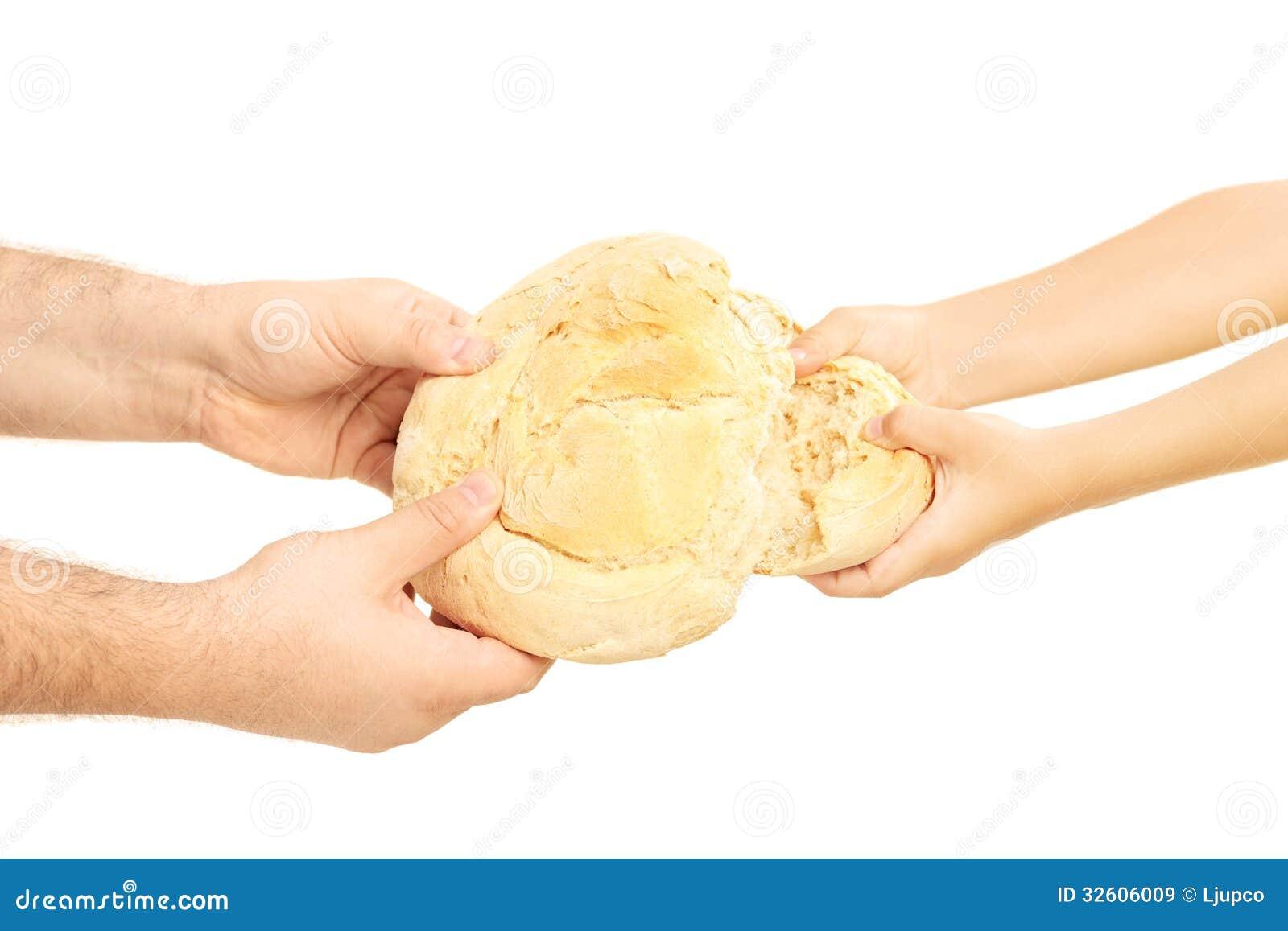Mann und Kind, die auseinander ein Brotlaib brechen