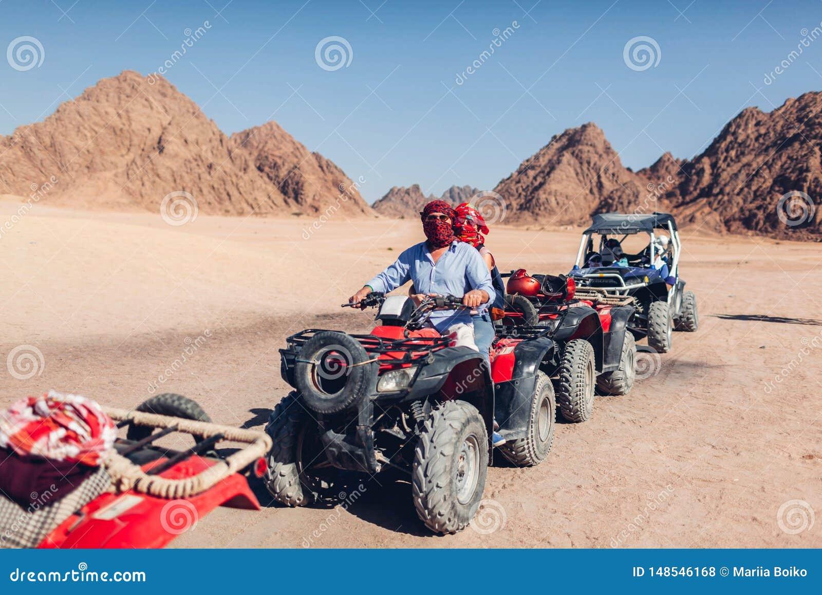 Mann und seine Tochter, die Viererkabelfahrrad in Sinai-W?ste fahren Gl?ckliche Familie, die Spa? w?hrend der Sommerferien hat