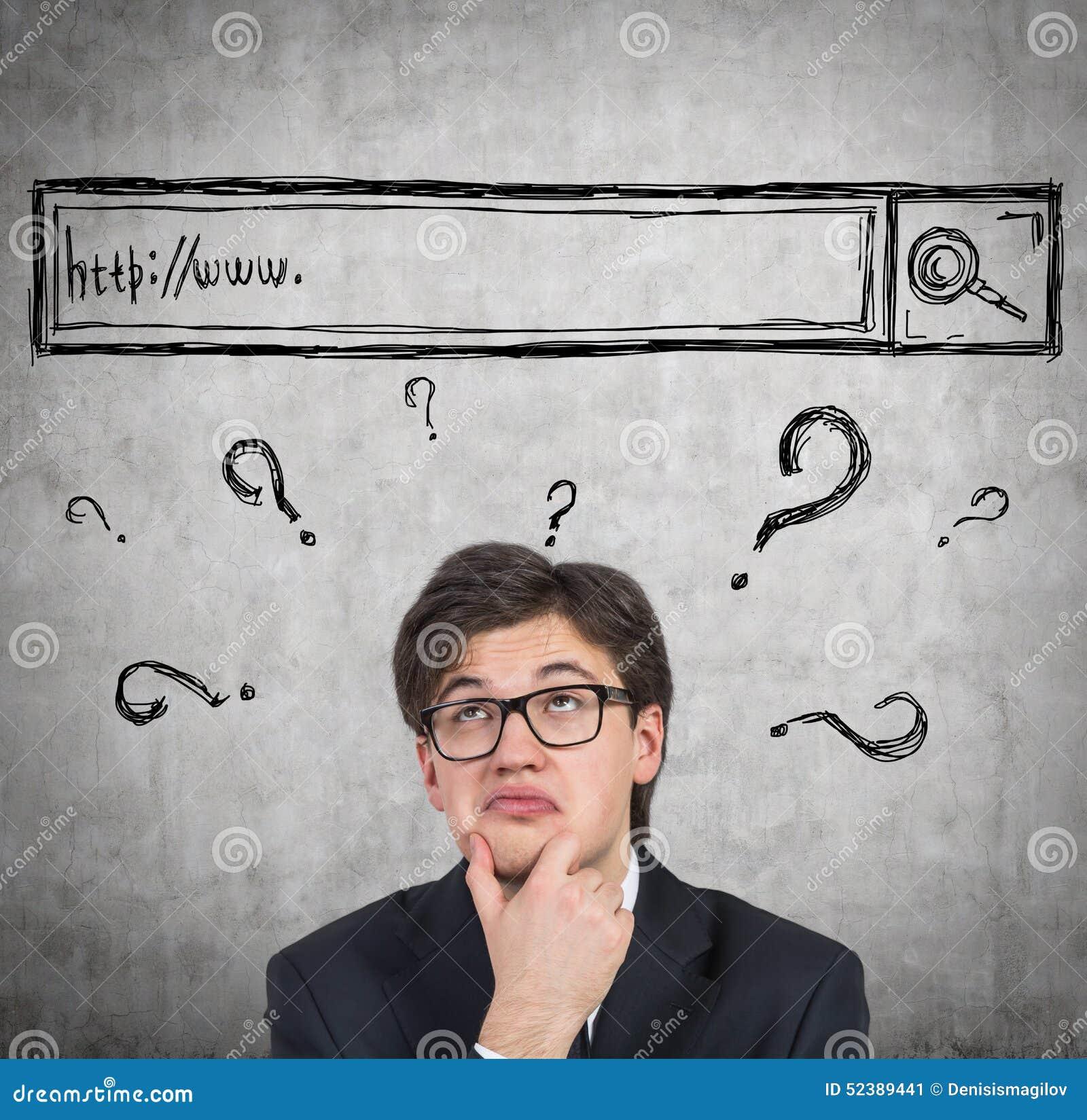 Mann versucht, einige Antworten im Internet zu finden