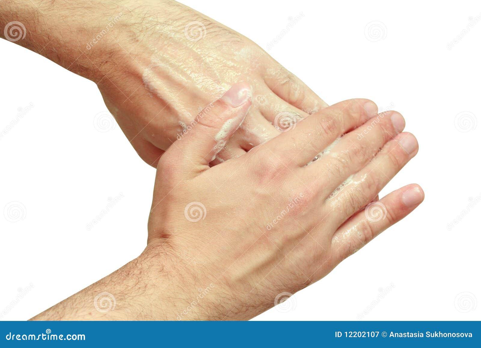 Mann wäscht seine Hände
