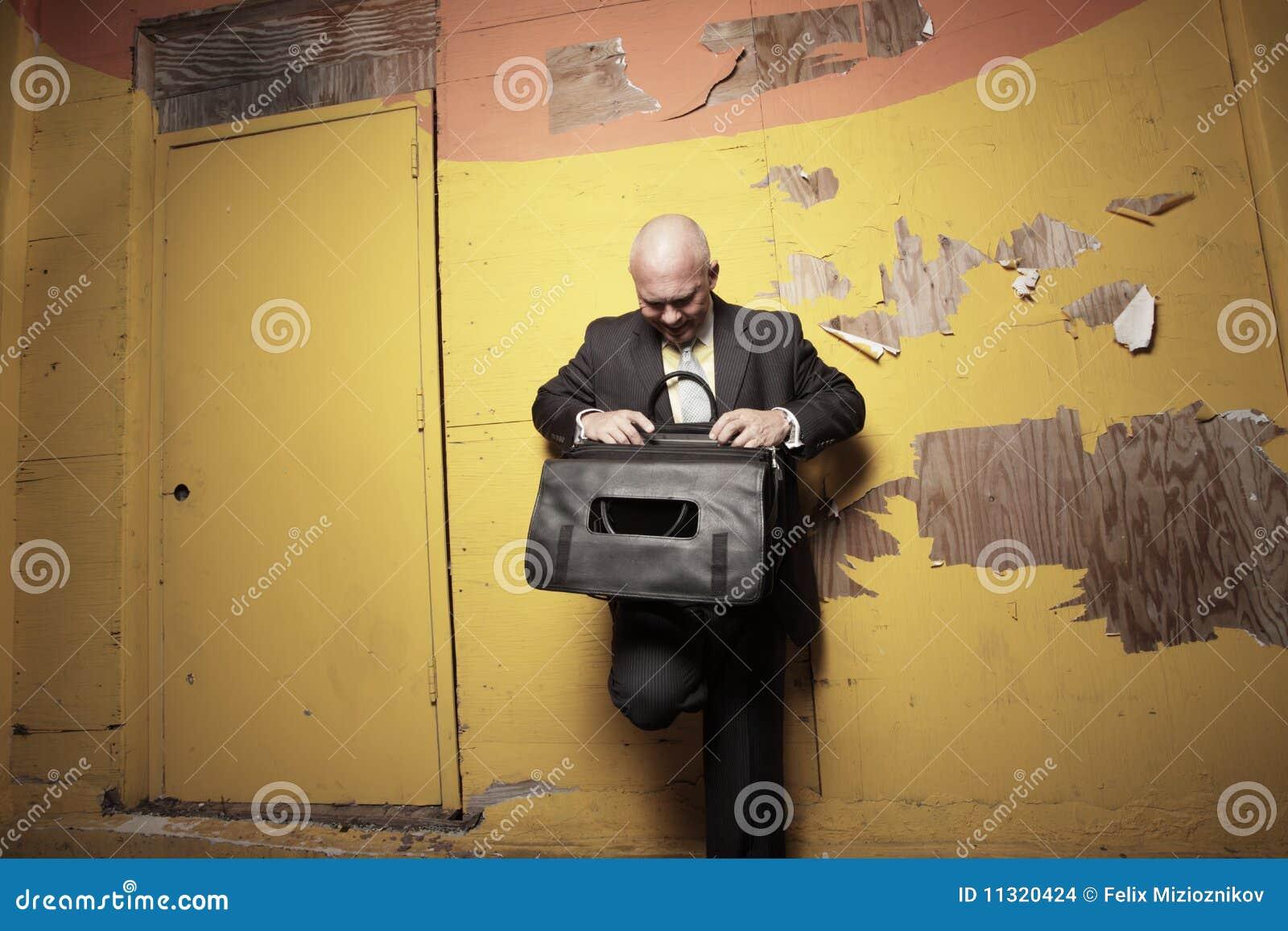 Mann, welche nach Dateien sucht