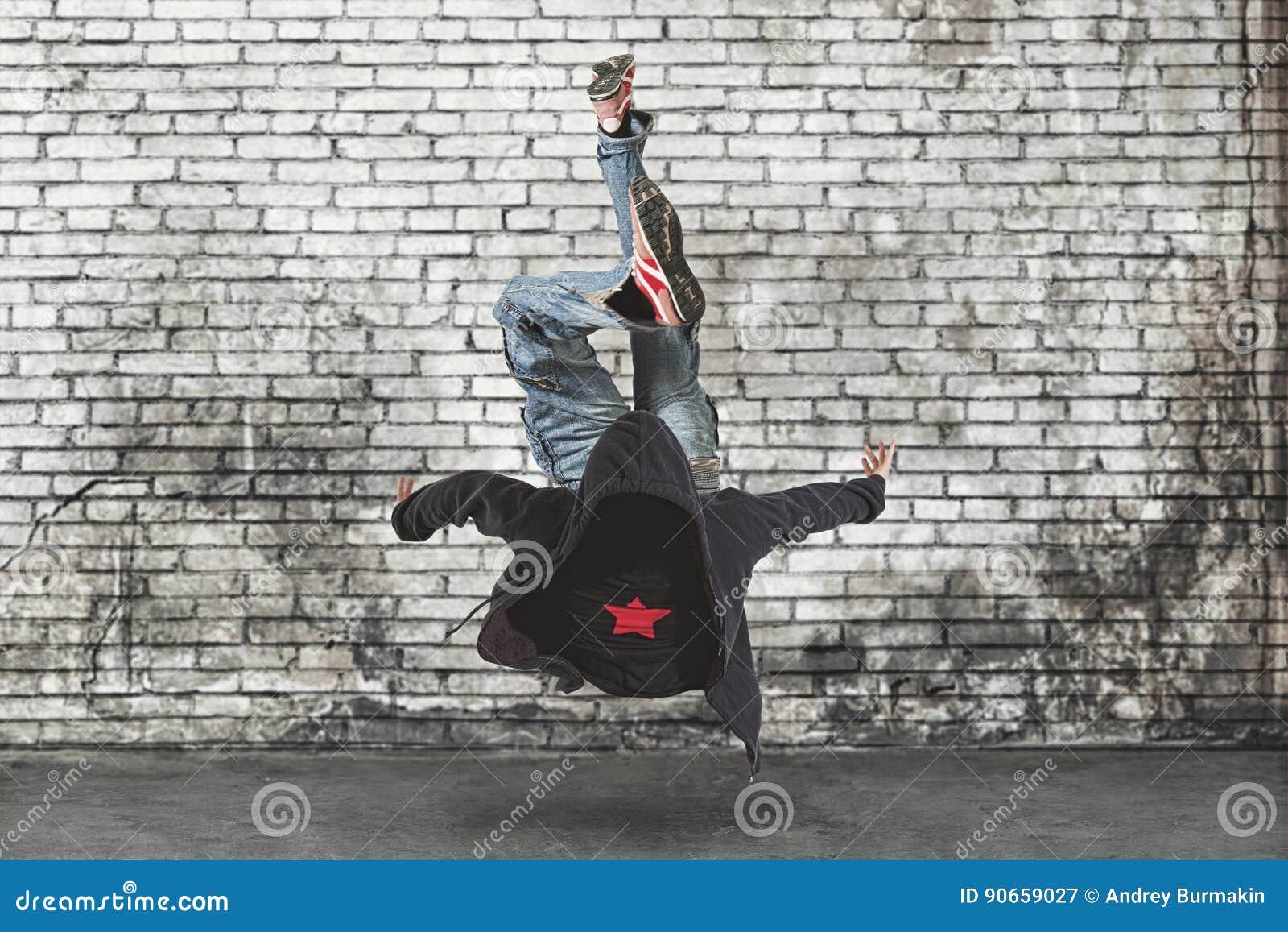 MannBreakdance auf Wandhintergrund