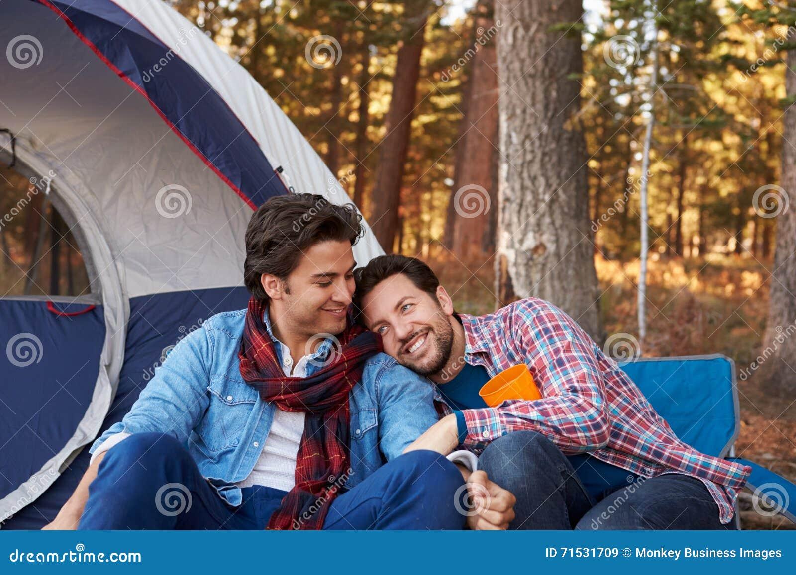 Mannelijk Vrolijk Paar op Autumn Camping Trip