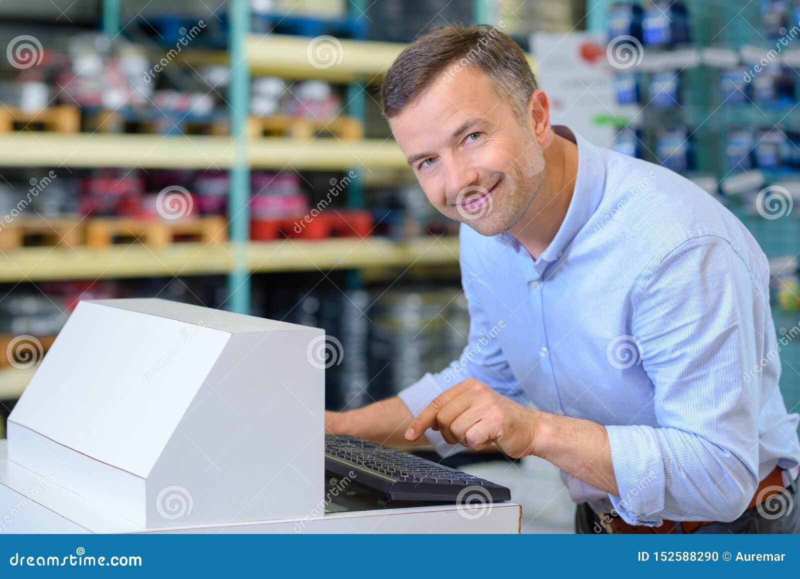 Mannelijke arbeider die databasecomputer met behulp van