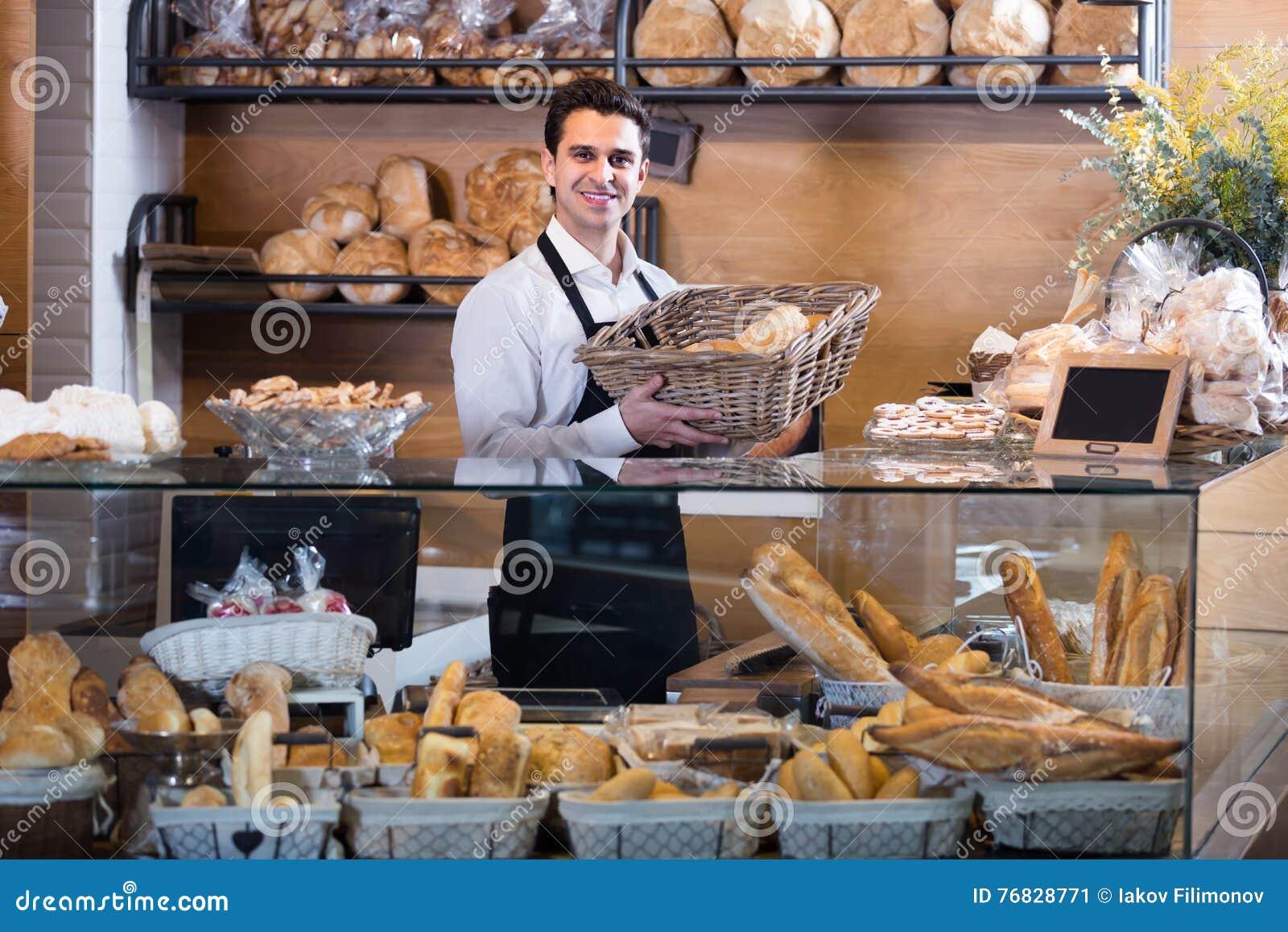 Mannelijke bakker bij bakkerij