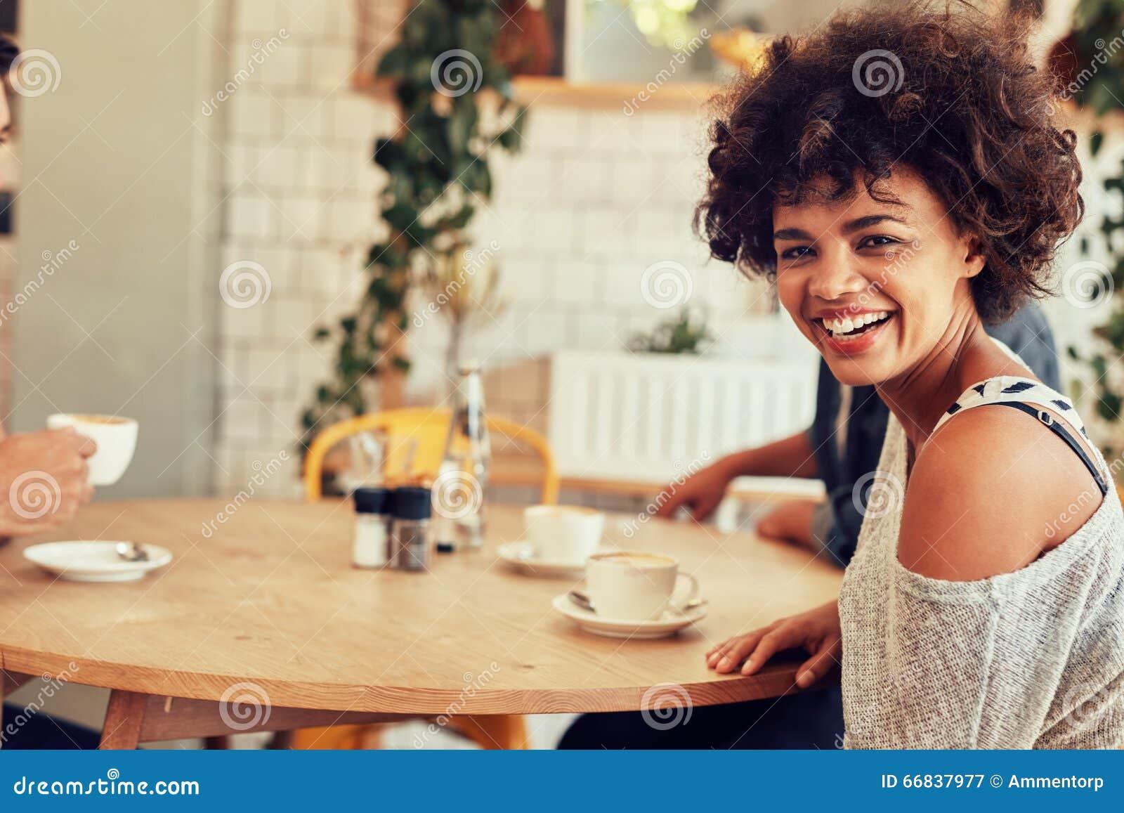 Mannelijke barista die zich bij koffiewinkel bevinden