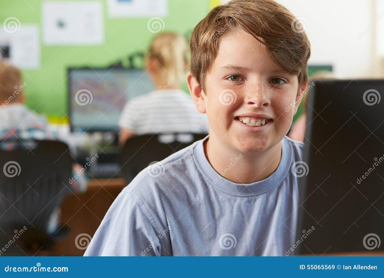 Mannelijke Elementaire Scholier in Computerklasse