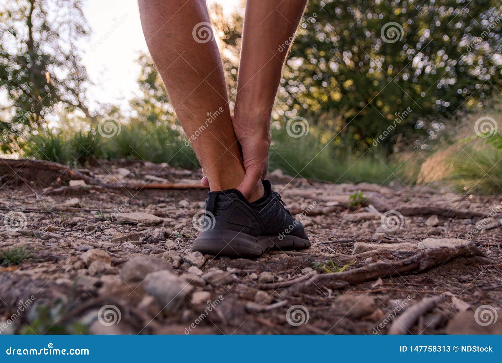 Mannelijke enkelverwonding tijdens jogging