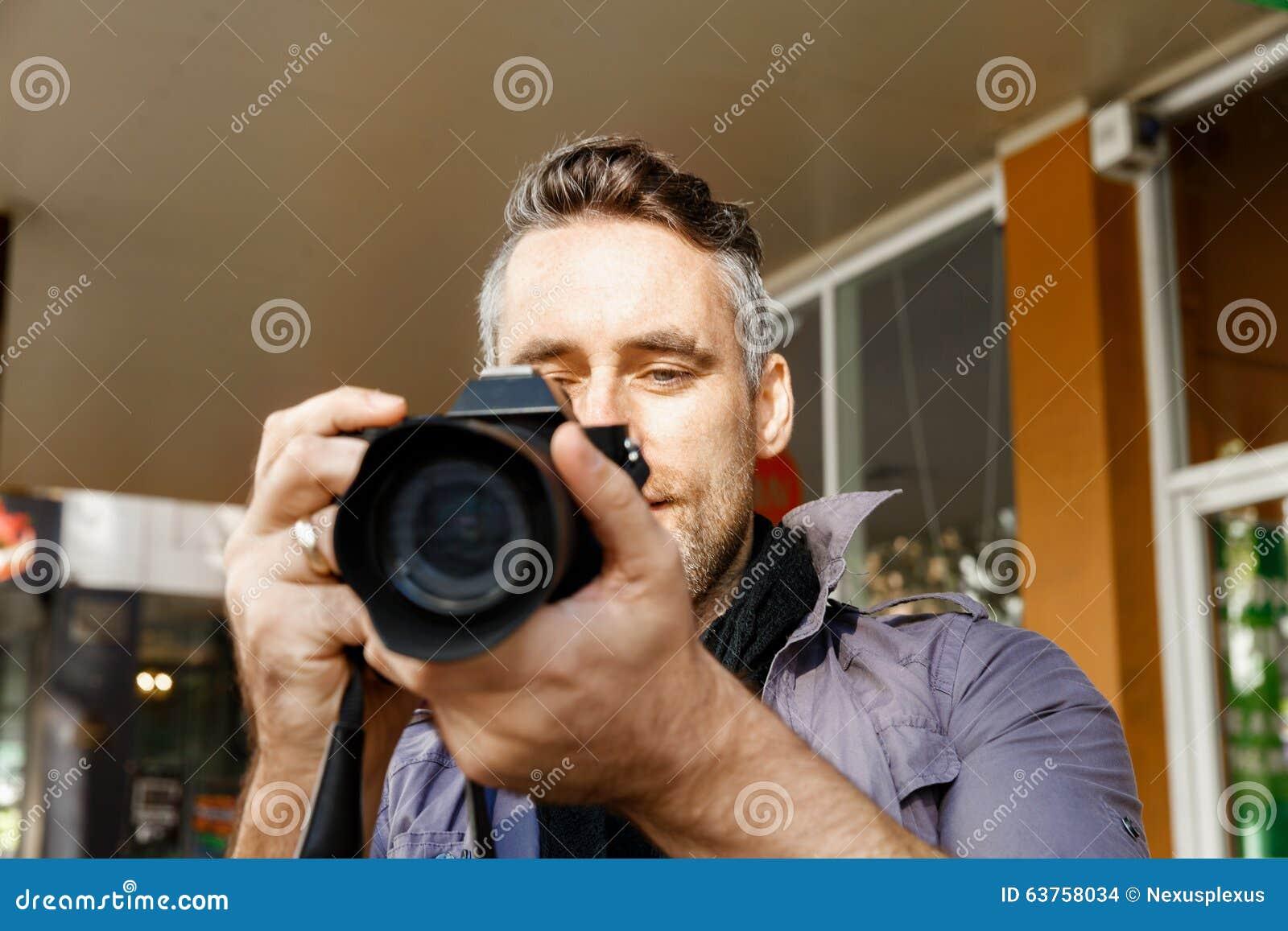 Mannelijke fotograaf die beeld nemen